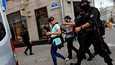 Poliisiviranomaiset taluttivat työtehtävissään kiinniotettuja toimittajia kuulusteltavaksi Valko-Venäjän pääkaupungissa Minskissä 28. heinäkuuta. Myös kuvan ottanut Reutersin valokuvaaja otettiin kiinni ja vietiin paikalliselle poliisiasemalle. Heidät kaikki vapautettiin kuulustelun jälkeen.