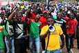 Mielenosoittajat vastustivat presidentin henkivartijakaartin tekemiä pidätyksiä Burkina Fason pääkaupunki Ouagadougoussa eilen keskiviikkona.