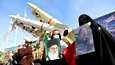Naiset pitelivät Iranin korkeimman johtajan Ali Khamenein ja Yhdysvaltain tappaman erikoisjoukkojen komentajan Qassim Suleimanin kuvia Iranin islamilaisen vallankumouksen 42-vuotispäivänä Teheranissa keskiviikkona.