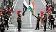 Pakistanin ja Intian rajavartijat osallistuivat seremoniaan Pakistanin 72. itsenäisyyspäivänä 14. elokuuta 2019 Wagahin raja-asemalla Lahoren kaupungin lähistöllä .