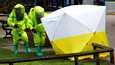 Venäläinen kaksoisagentti Sergei Skripal ja hänen tyttärensä Julia Skripal myrkytettiin Novitšok-hermomyrkyllä Britanniassa vuonna 2018. Viranomaiset tutkivat tapahtumapaikkaa suojavarusteisiin pukeutuneina.