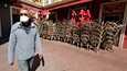 Koronaviruspandemian takia määrätyt rajoitukset ovat aiheuttaneet suuria ongelmia palvelualoille. Kuvassa suljettu ravintola Ranskan etelärannikolla Nizzassa huhtikuussa.