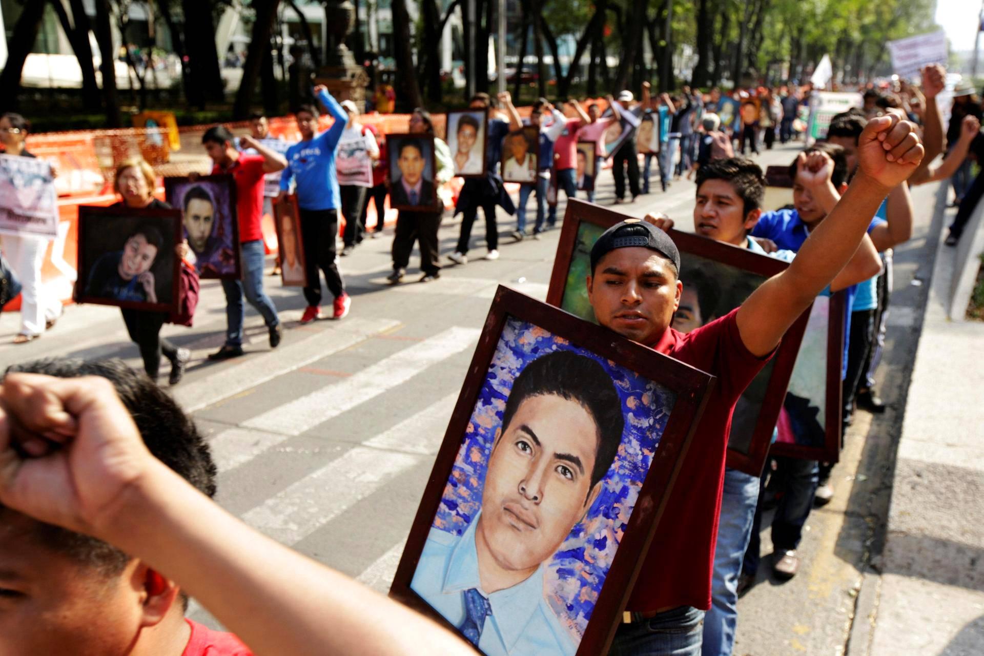 Opiskelijoiden oikeuksia vaativat nuoret marssivat kadonneiden opiskelijoiden kuvien kanssa mielenosoituksessa Méxicossa. Vuonna 2014 43 opiskelijaa kidnapattiin opintomaksujen korotusta vastaan järjestetyssä mielenosoituksessa. Tutkinnan yhteydessä on pidätetty yli 70 ihmistä, muun muassa jengiläisiä, poliiseja sekä Igualan kaupungin pormestari José Luis Abarca sekä hänen vaimonsa.