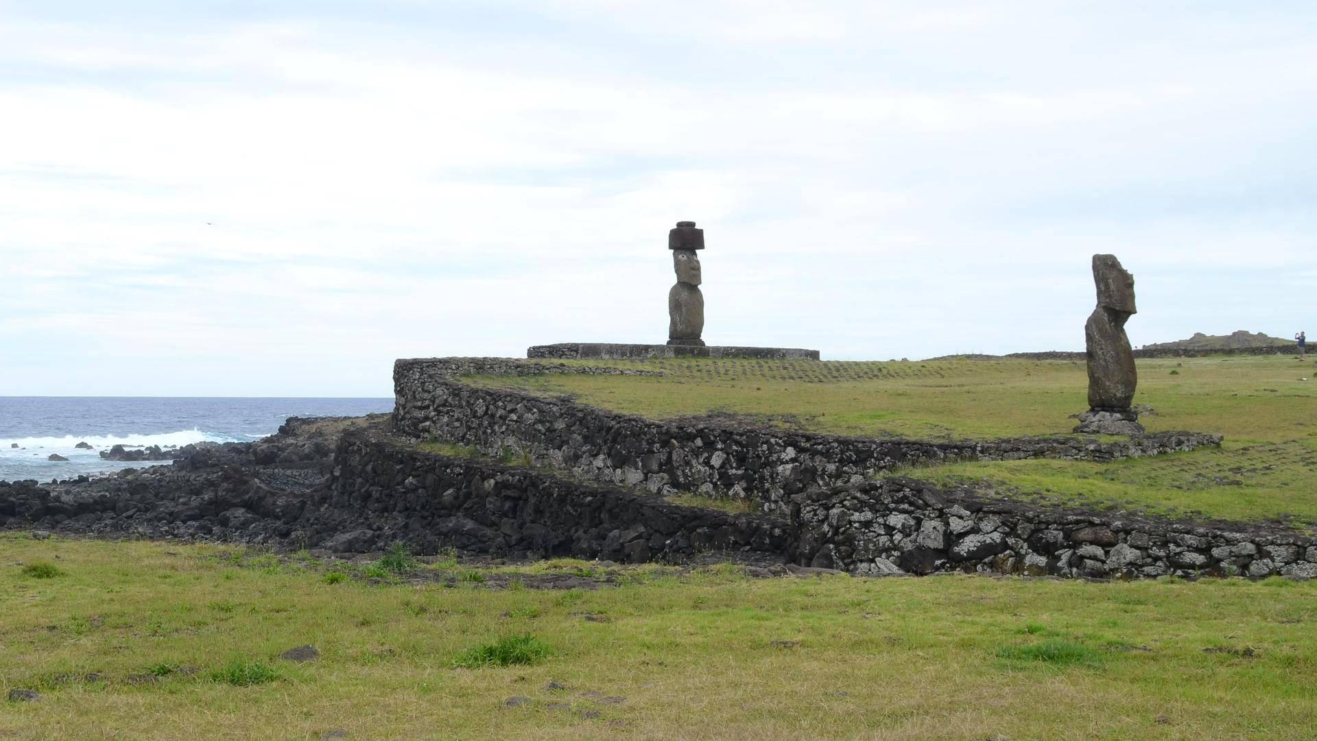 Ahu Tahailla seisoo Ahu Ko Te Riku -patsas, jonka silmät on entisöity. Useat moai-patsaat pystytettiin katsomaan sisämaahan päin, jotta ne voisivat suojella saarta.
