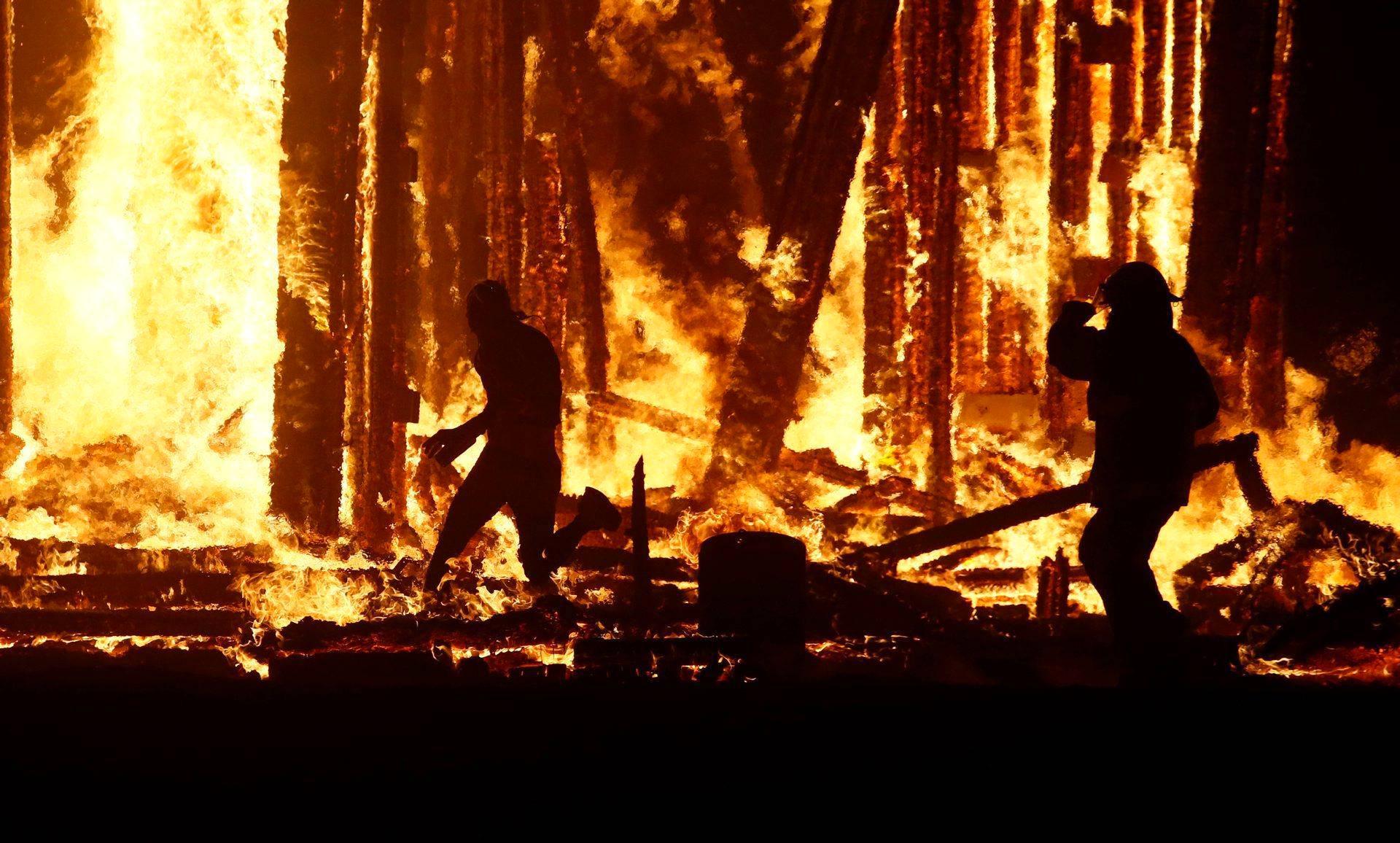 Nevadan Burning Man -festivaaleilla menehtyi lauantaina yksi osanottaja, joka juoksi festivaalin huipentavaan jättiroihuun järjestys- ja palomiesten estelyistä huolimatta.