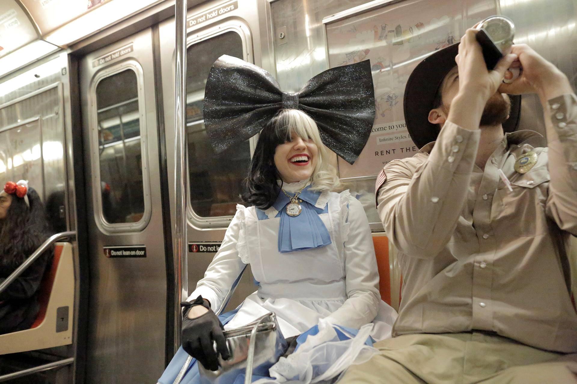 Artisti Siaksi pukeutunut matkustaja kulki metrolla Manhattanilla.