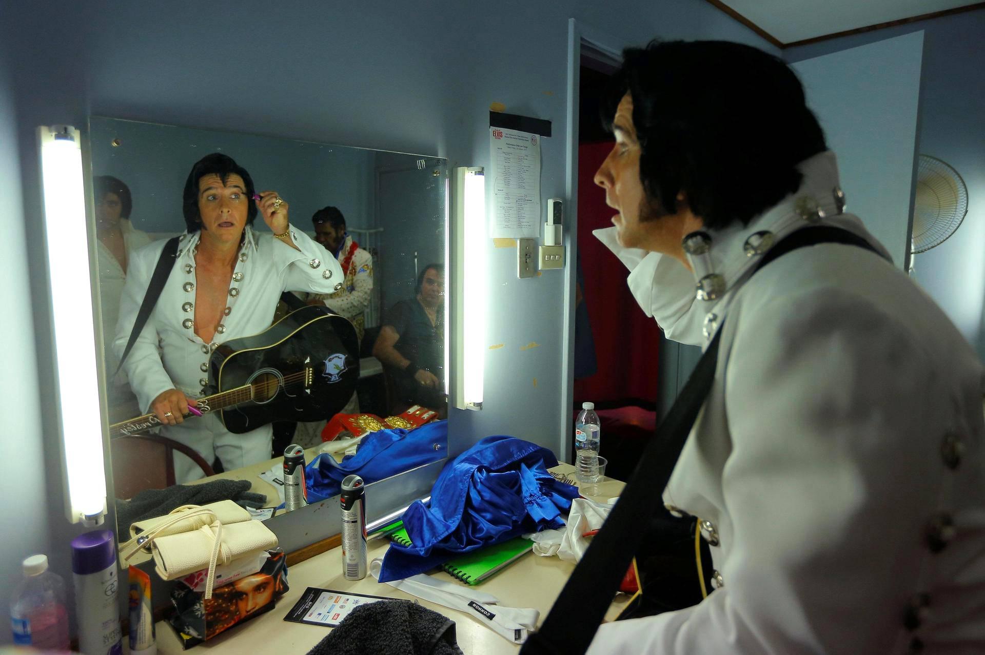 Stephen Fletcher valmistautuu esitykseensä Parkesin jokavuotisilla Elvis Presley -festivaaleilla Australiassa.