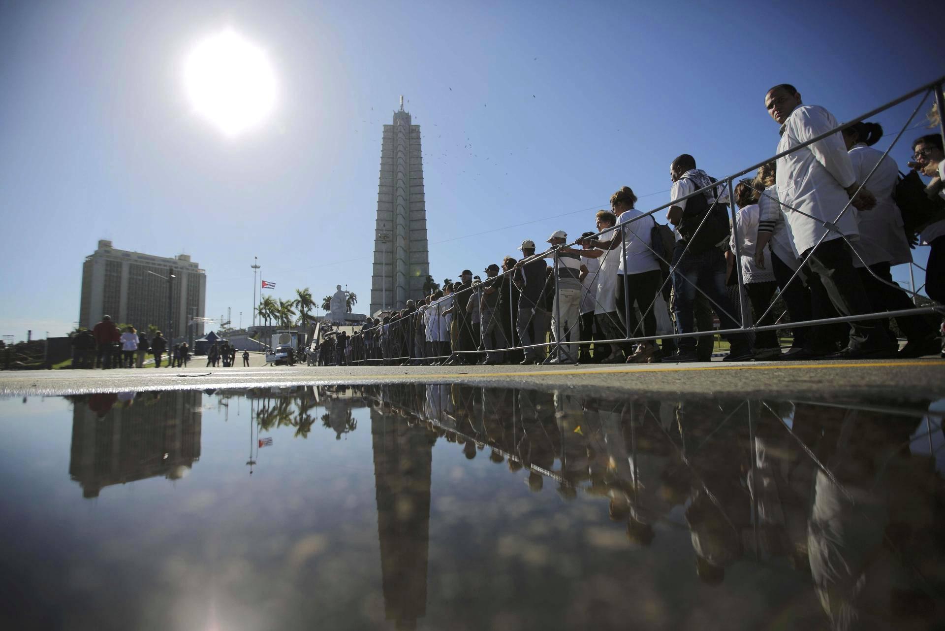 Kuubalaiset jonottavat maanantaina Vallankumousaukiolla jättääkseen viimeisen tervehdyksen Fidel Castrolle.
