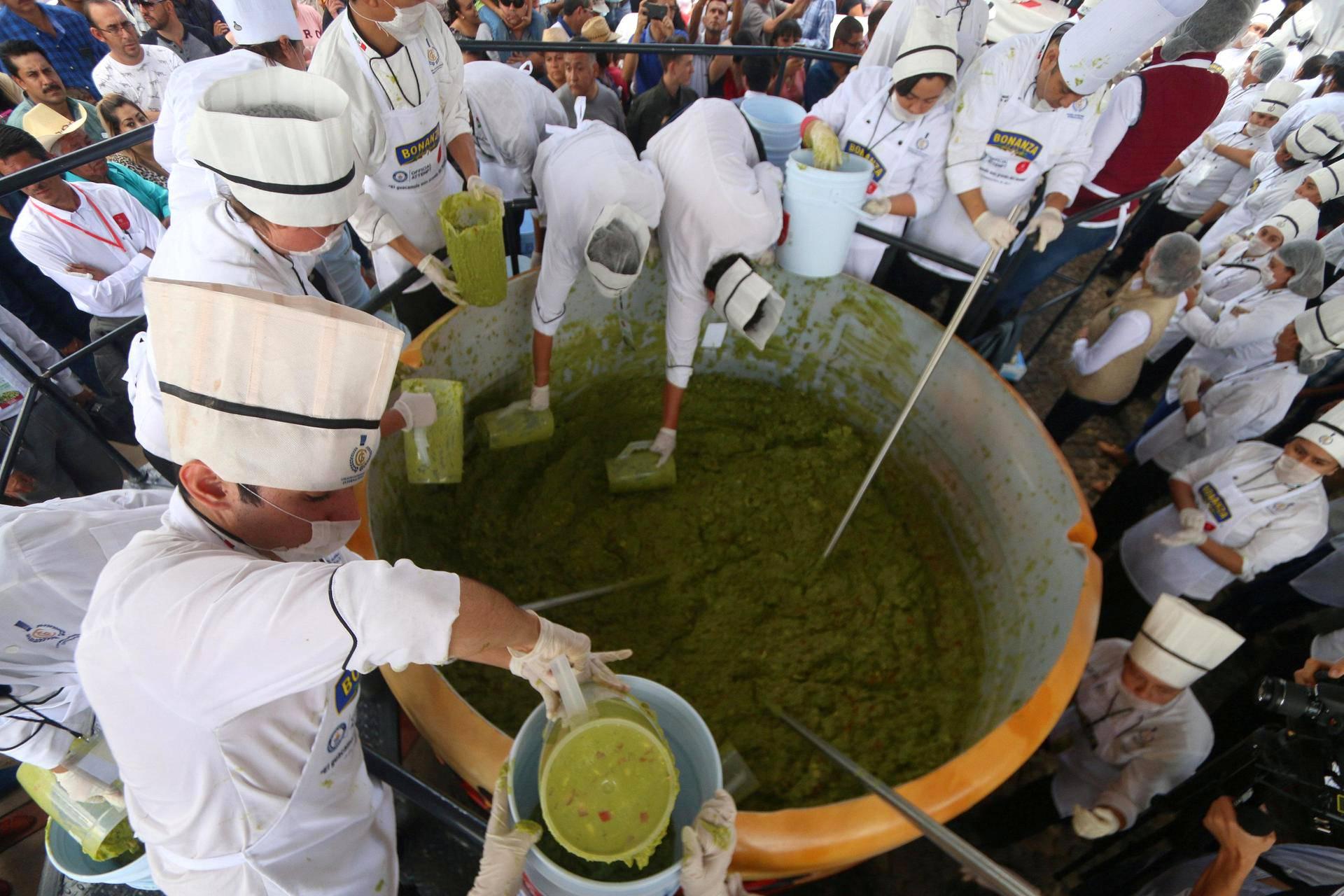 Kokkikoulun oppilaat meksikolaisessa Jaliscon maakunnassa valmistavat sunnuntaina avokaadoista massiivista guacamole-annosta, jolla he yrittävät päästä Guinnessin ennätysten kirjaan.