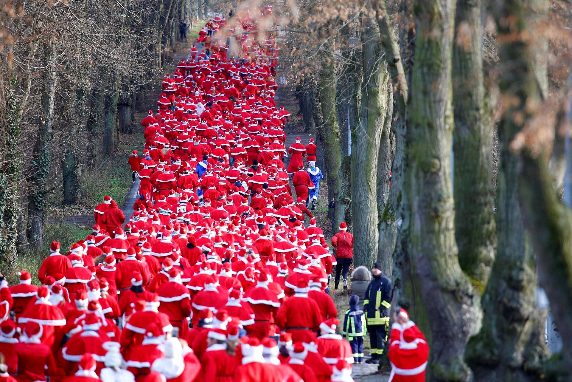 Saksalaisessa Michendorfissa joulupukkiasuihin pukeutuneet juoksijat osallistuivat hölkkätapahtumaan.