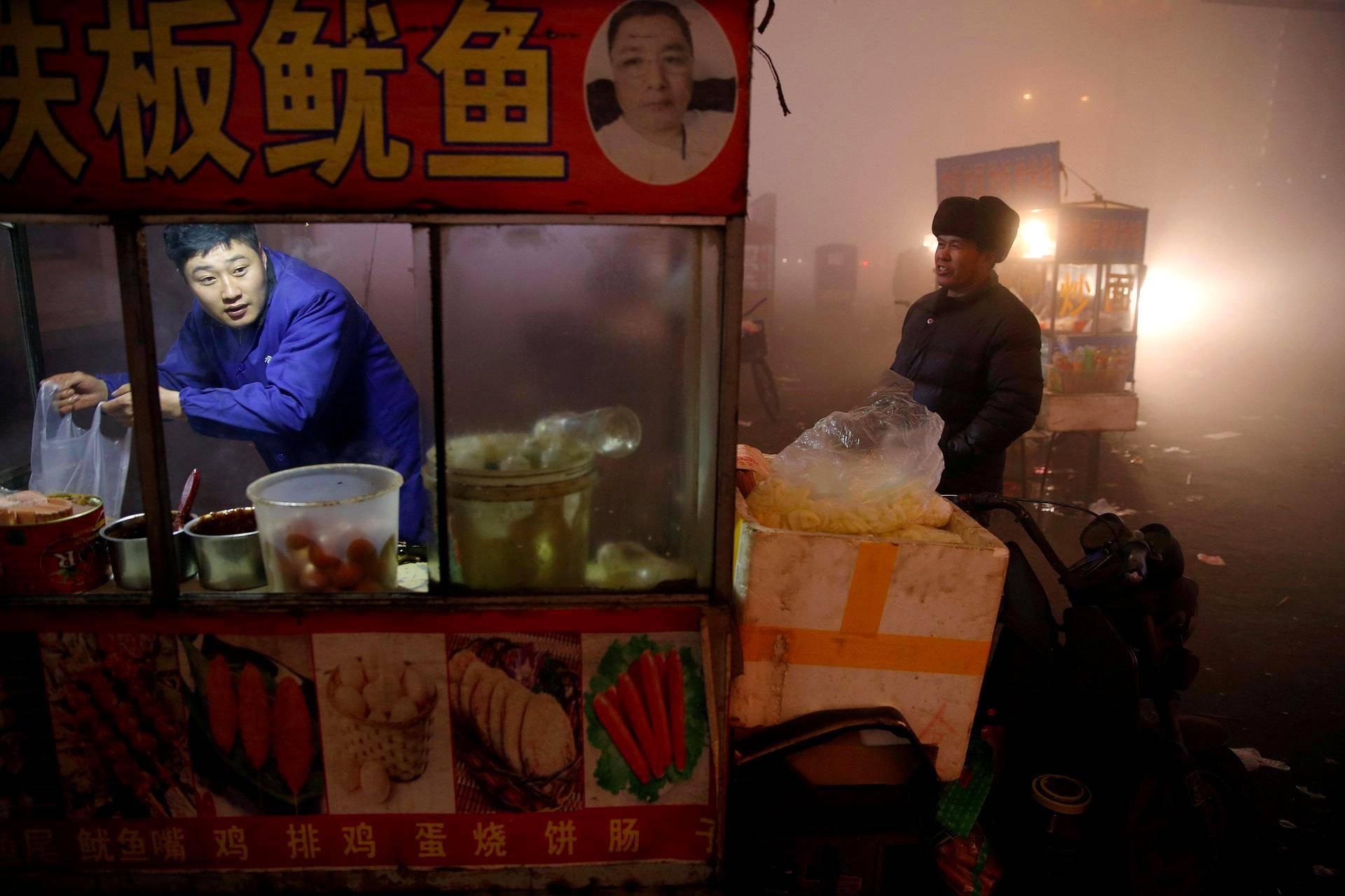 Katukauppias avasi kärryään saastesumun keskellä Shengfangissa Kiinassa.