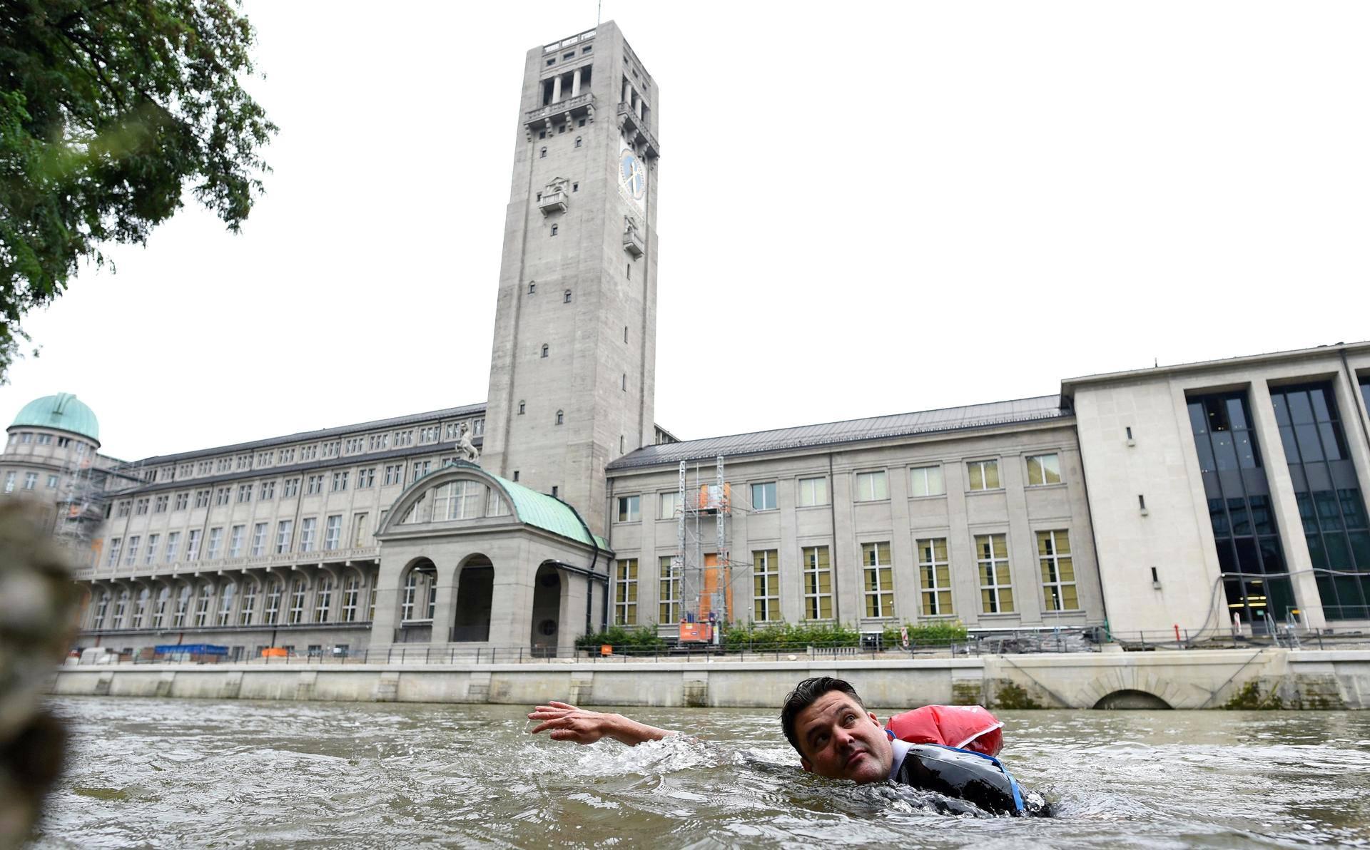 Benjamin David ohitti Deutsches Museumin uidessaan Isar-jokea pitkin töistä kotiin Münchenissä.