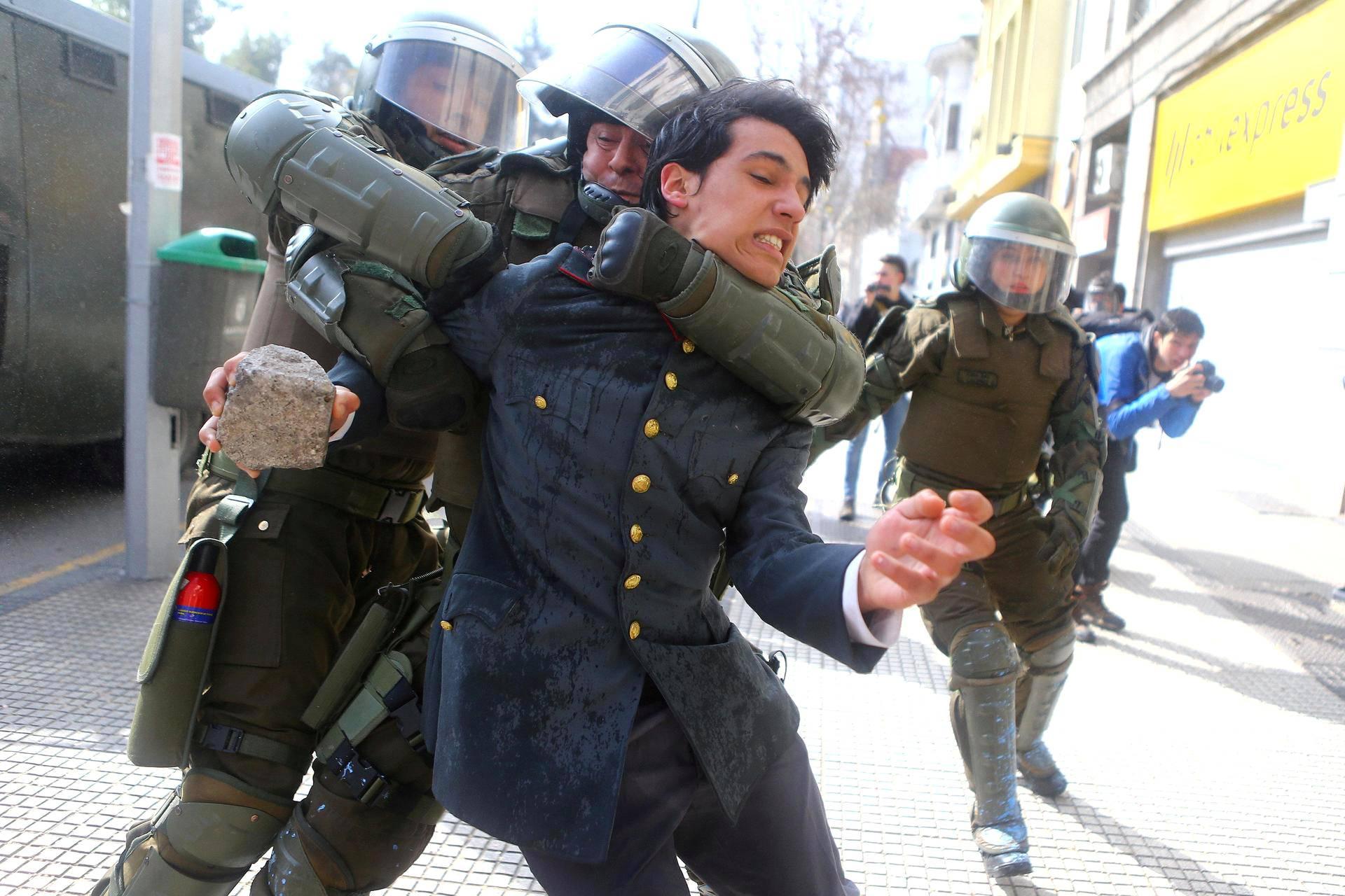 Poliisi pidätti mielenosoittajan, joka vaati muutoksia opetusjärjestelmään Santiagossa, Chilessä.