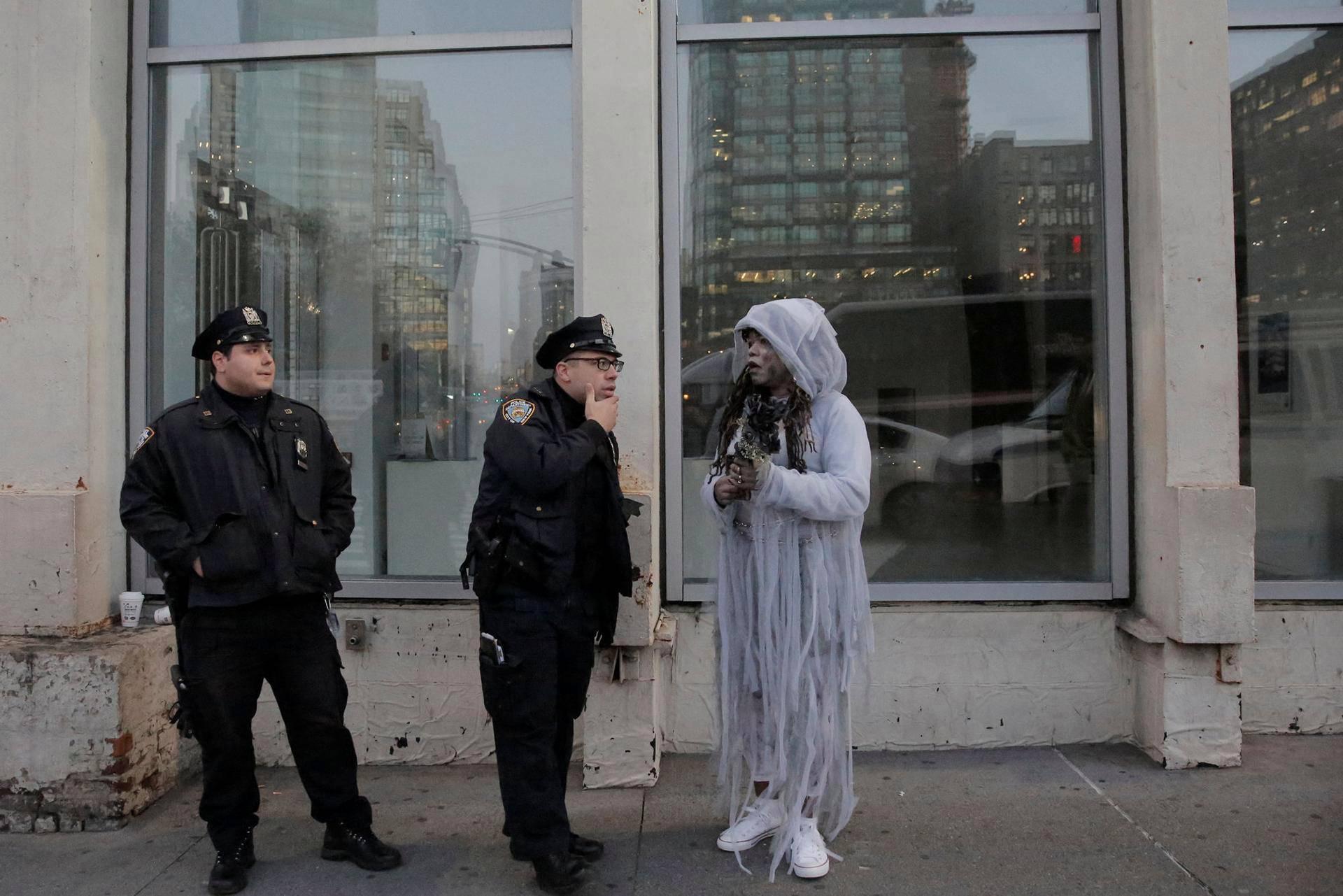 Poliisi opasti halloween-juhlijaa Manhattanilla. Halloween-paraati järjestettiin New Yorkissa, vaikka kaupunkia oli järkyttänyt kahdeksan henkeä vaatinut terrori-isku.