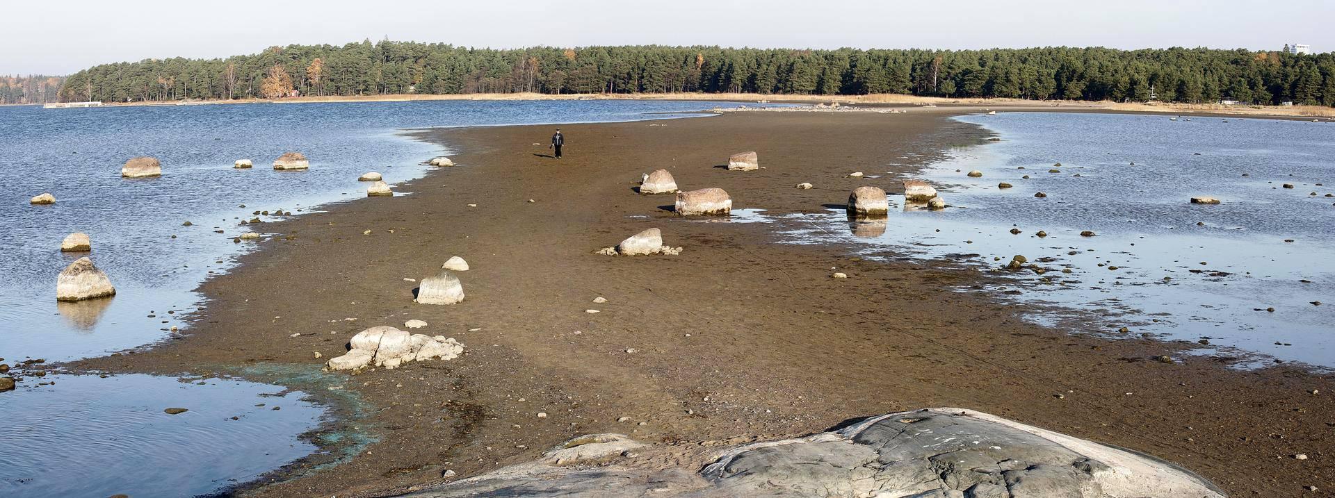 Kallahdenniemen uimarannalta pääsee kävelemään hiekkakannasta pitkin läheiselle luodolle.