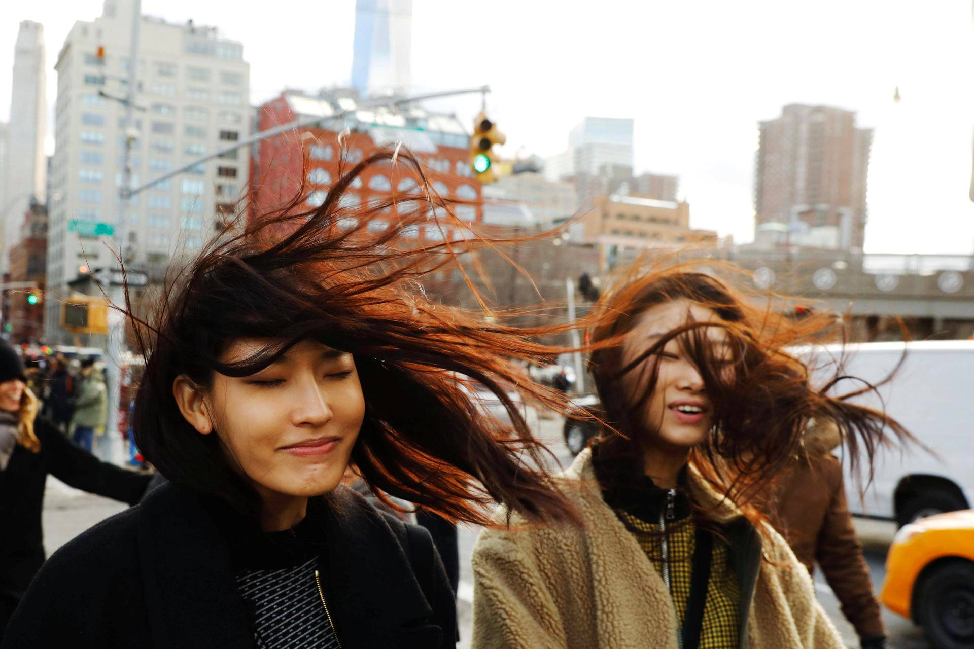 Naiset kävelivät tuulisella Manhattanilla.