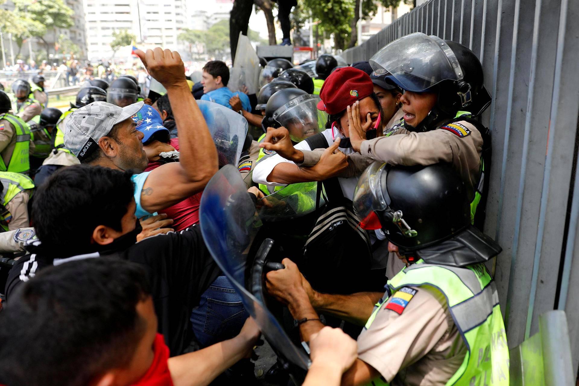 Mielenosoittajat ja poliisi kahakoivat Caracasissa Venezuelassa.