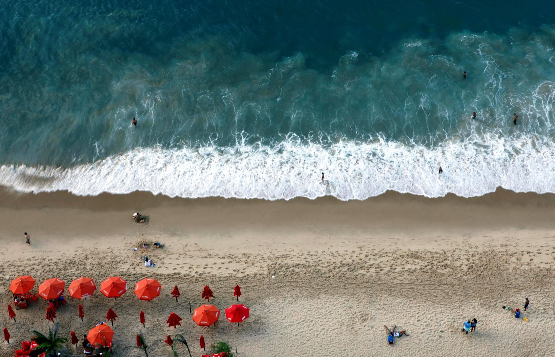 Aallot osuivat Meirelesin rantaan Fortalezassa Brasiliassa.
