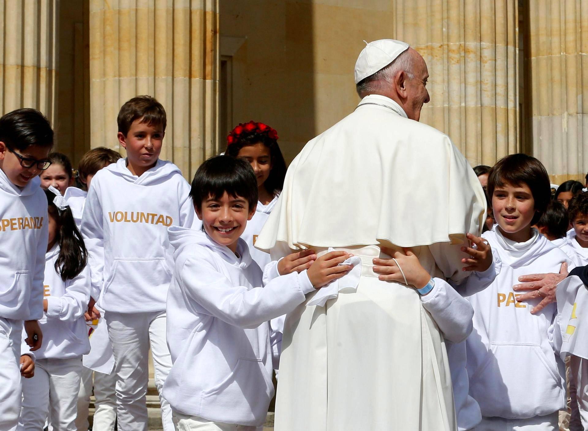 Kolumbialaislapset tervehtivät paavi Franciscusta tämän saapuessa presidentinpalatsiin Bogotassa torstaina.