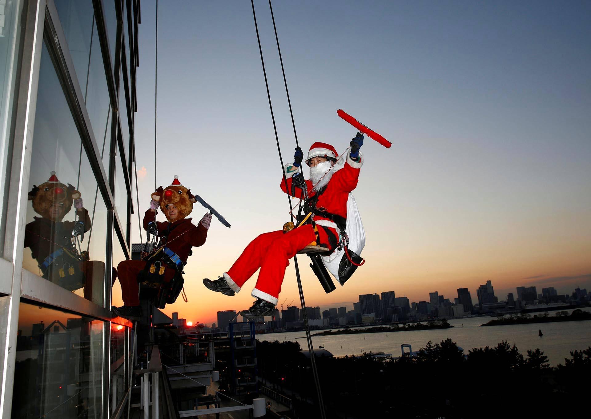 Joulupukki ja Petteri Punakuono pesivät ikkunoita pilvenpiirtäjässä Tokiossa.