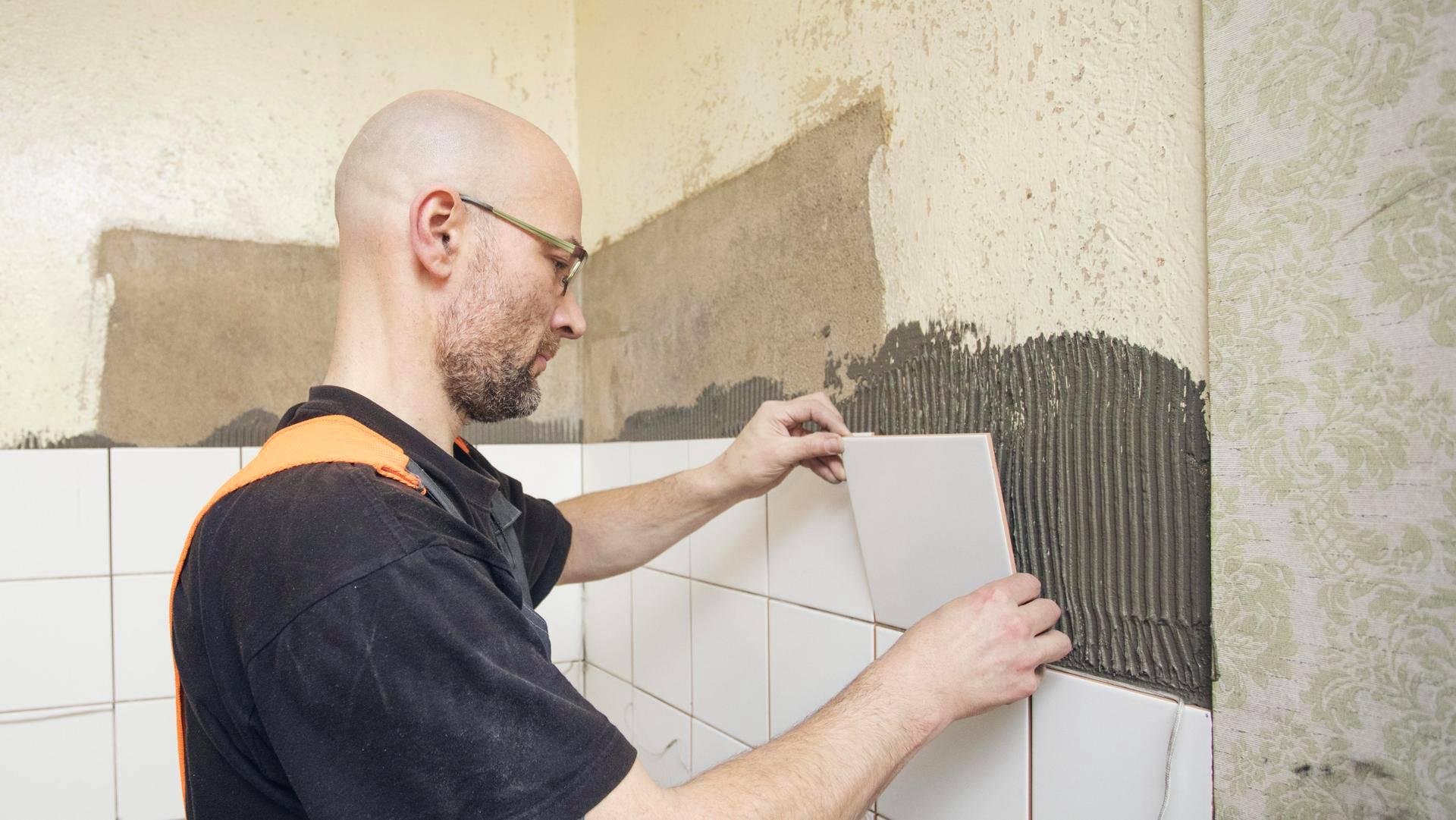 Jussi Hämäläinen kiinnitti tukilistan päälle kolme kerrosta 20 x 20 -senttisiä laattoja. Laatoituksen annetaan kuivua rauhassa yhdestä kolmeen vuorokautta.