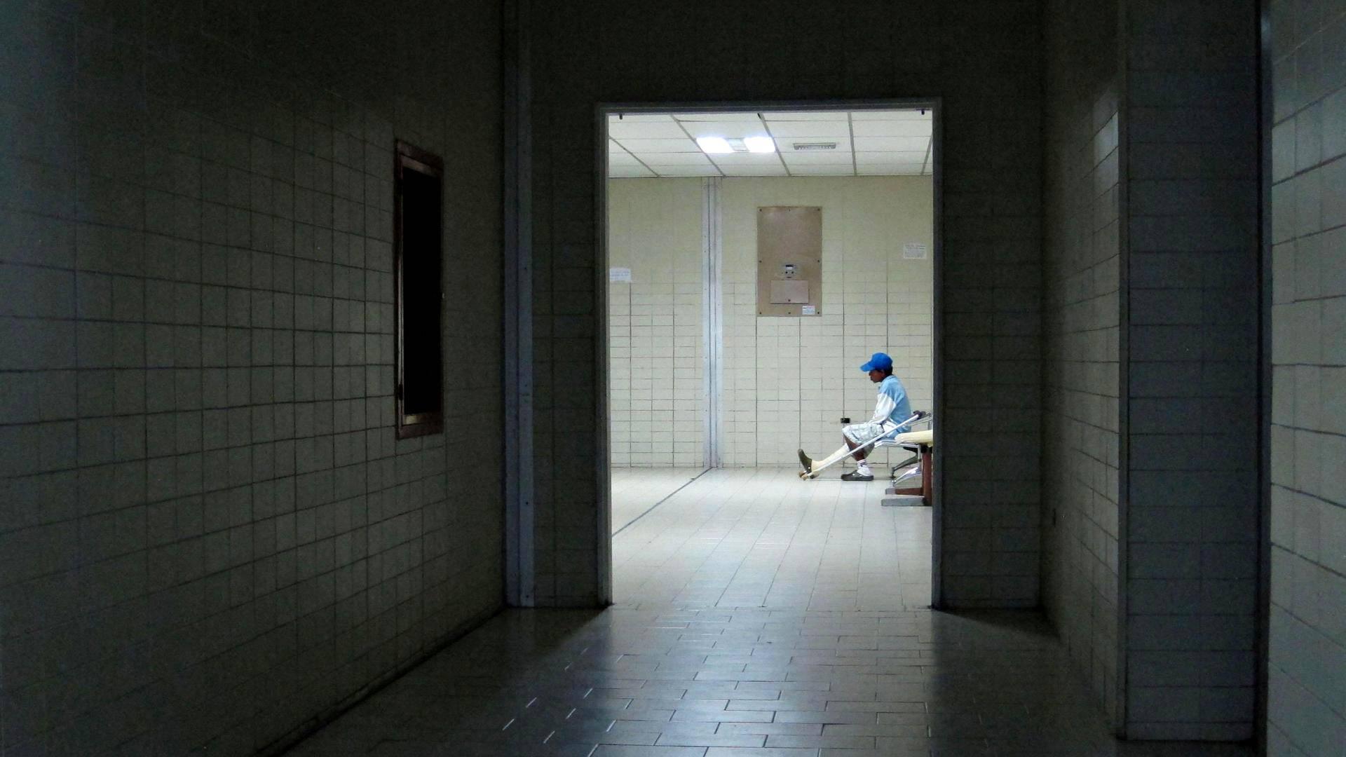 Mies odotti päivystyspoliklinikan aulassa Victorino Santaellan sairaalassa Venezuelassa.