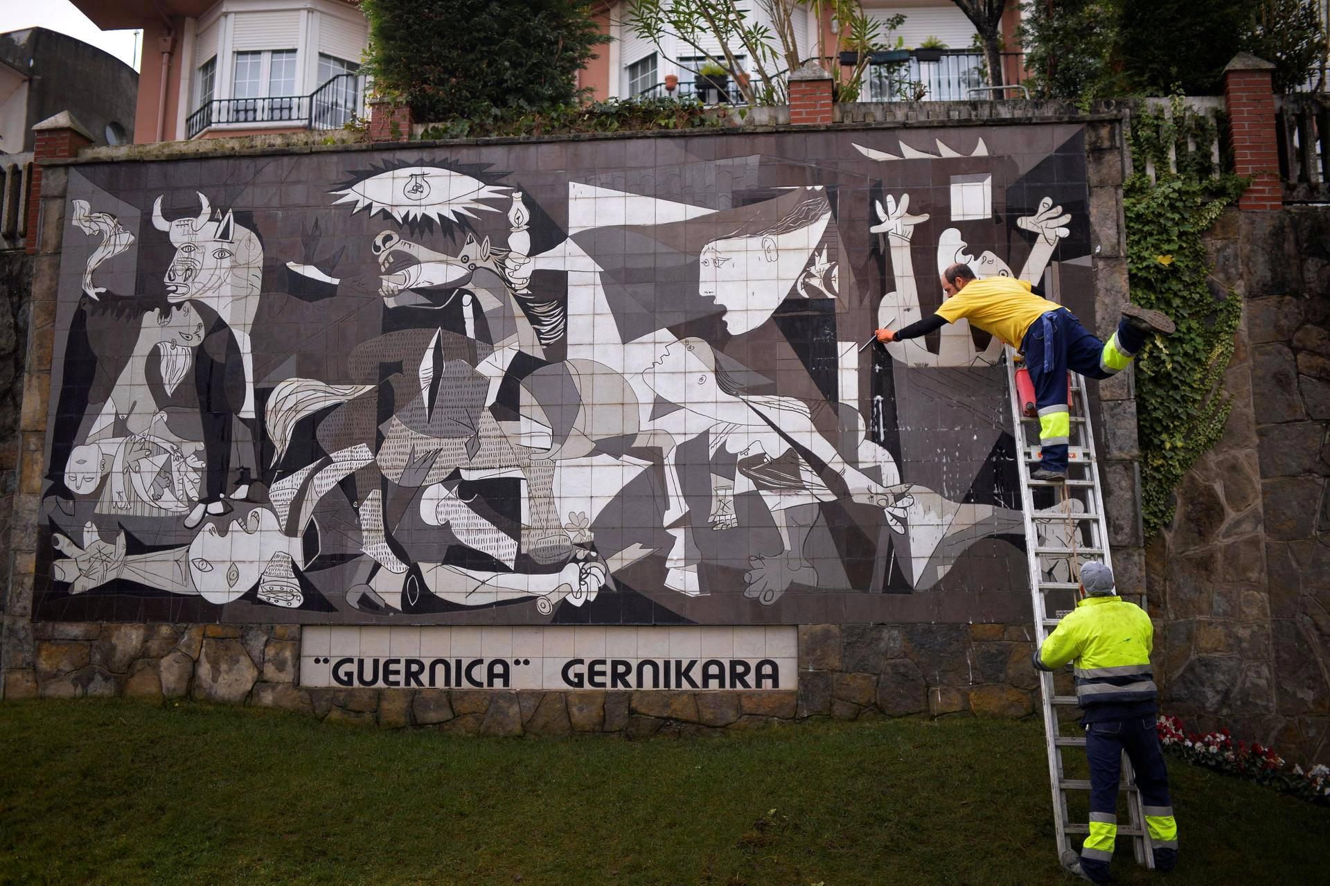 Guernica-maalausta jäljittelevää keramiikkatyötä puhdistetaan Guernican pikkukaupungissa Espanjan Baskimaassa. Pablo Picasso maalasi alkuperäisen Guernican kahdeksankymmentä vuotta sitten.