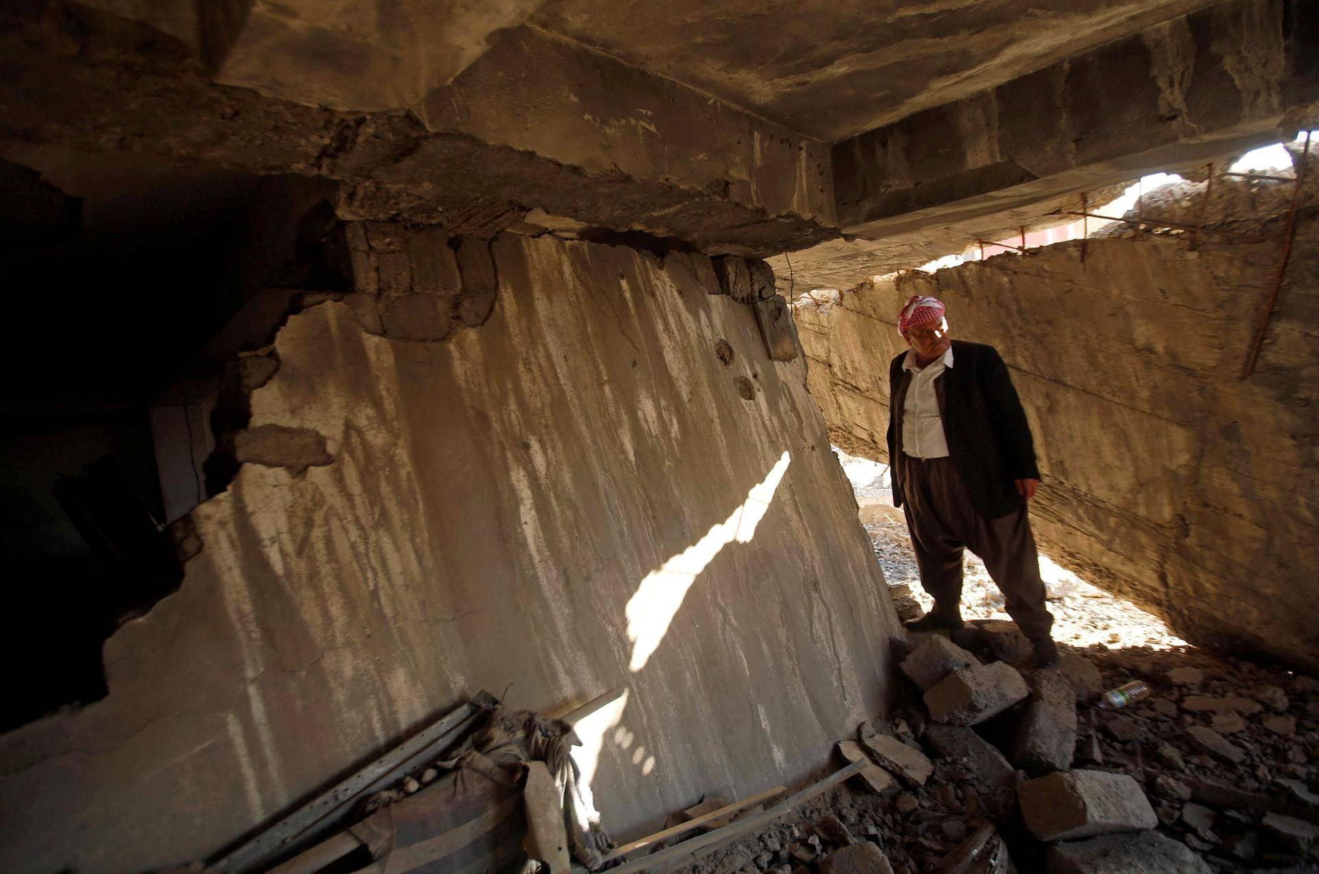 Kurdimies tutkii tuhoutunutta kotiaan Bashiqassa, Irakissa tiistaina palattuaan kaupunkiin sen jälkeen kun kurdijoukot olivat vallanneet sen takaisin Isisiltä.
