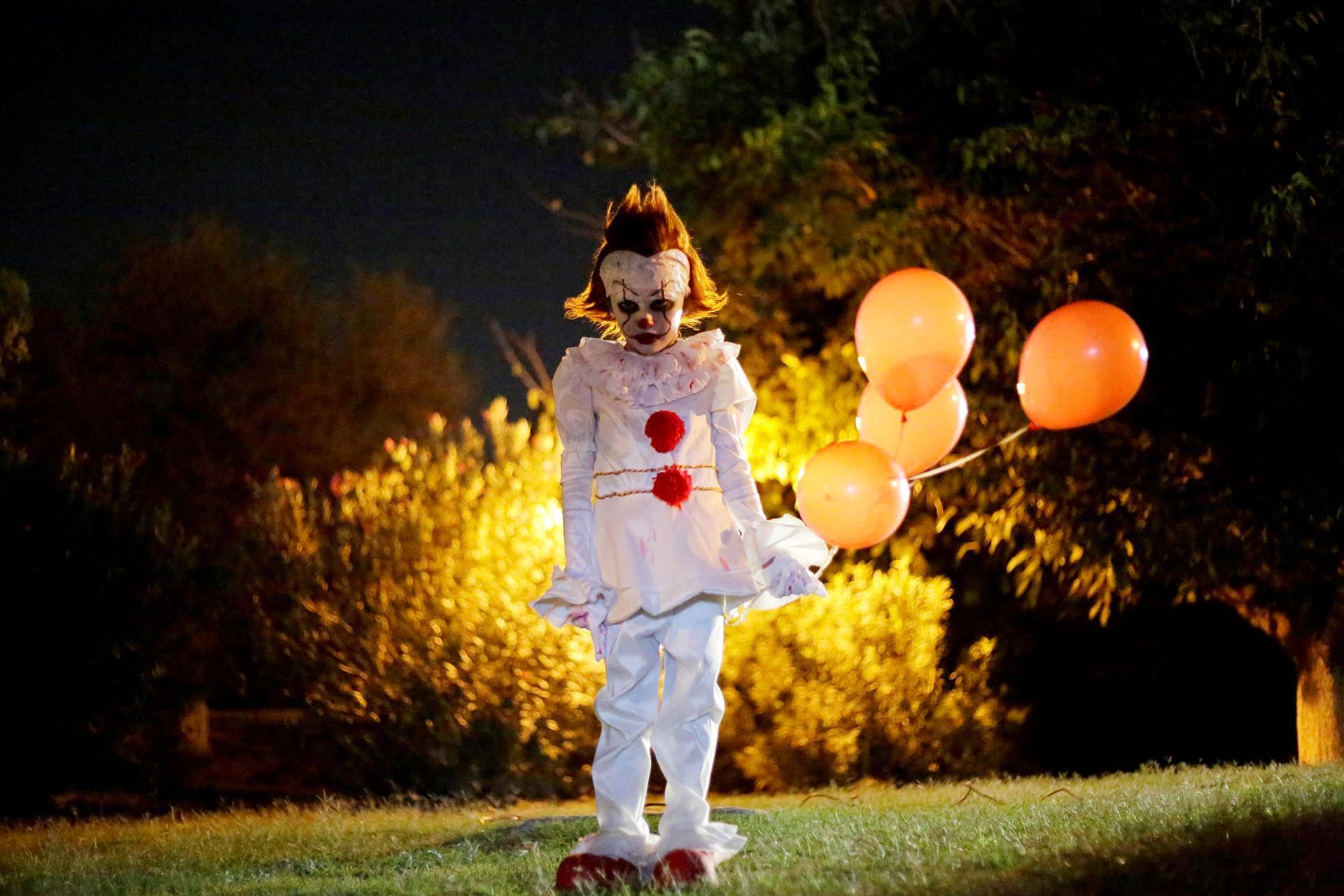 Se-kauhuelokuvan Pennywise-klovniksi pukeutunut lapsi Ciudad Juarezissa Meksikossa.