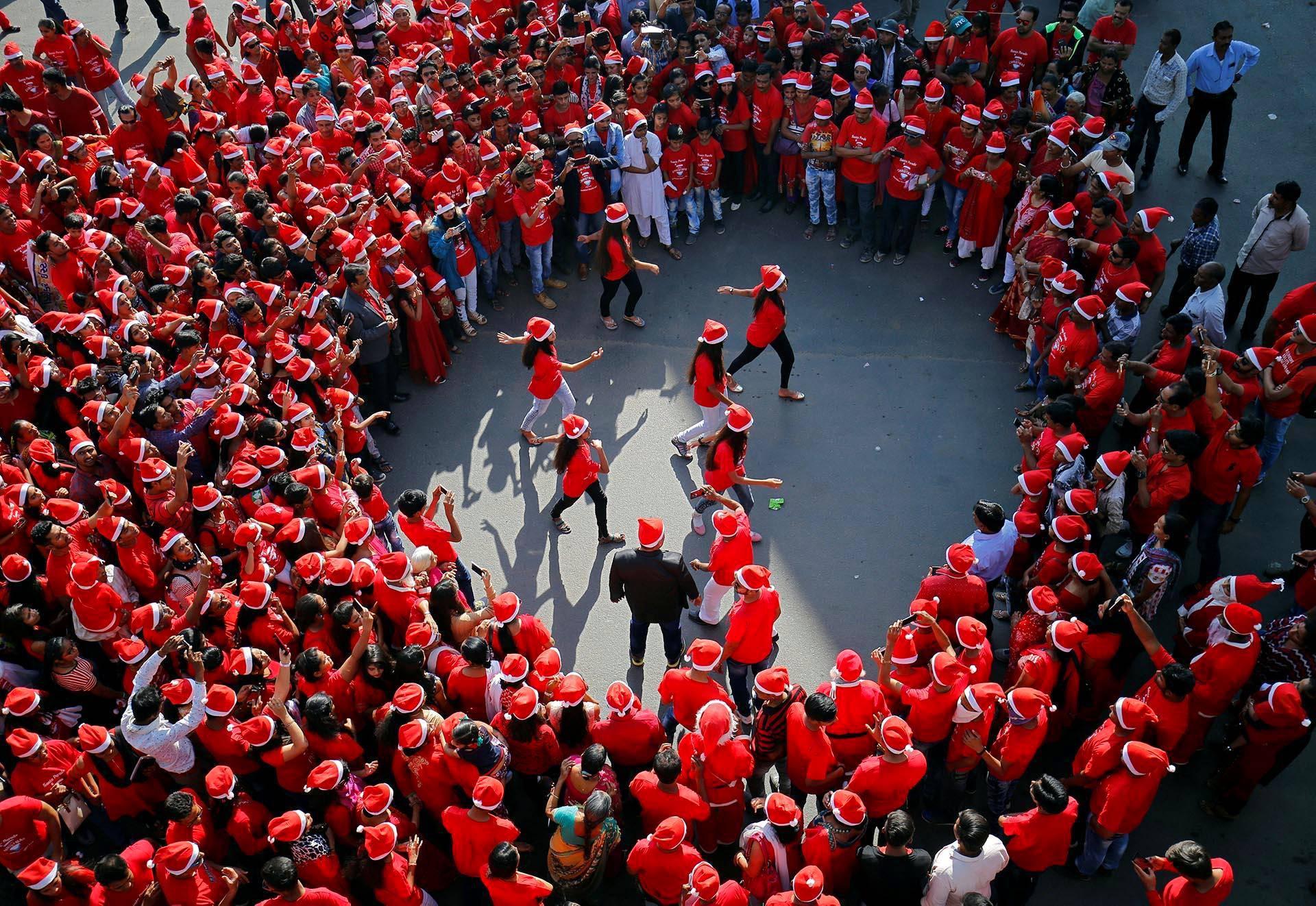 Intialaisen Ahmedabadin kadut olivat punaisena tonttulakeista jouluparaatissa.