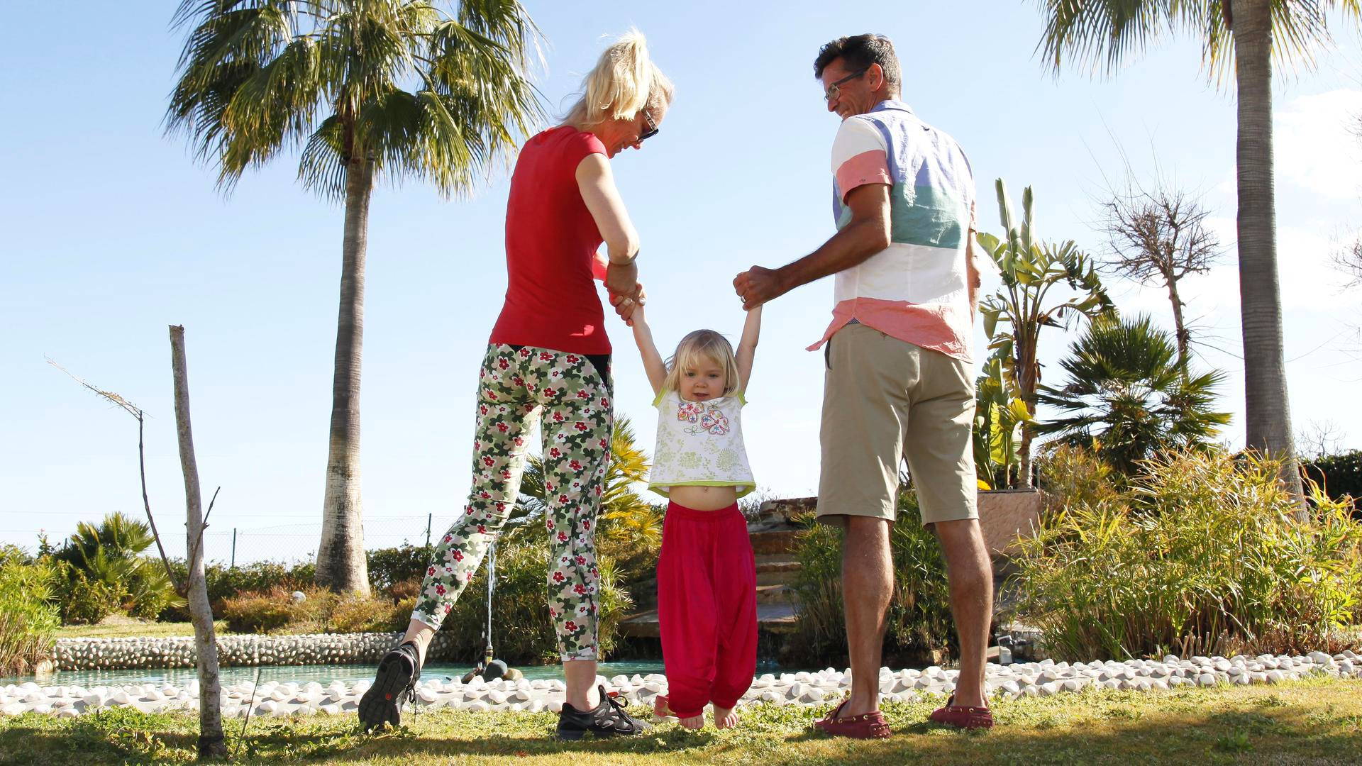 Yrittäjä Mika Järvinen (oik.) puhui vaimonsa Minnan ympäri, ja perhe osti kakkoskodin Espanjan Aurinkorannikolta viime elokuussa. Välissä tytär Lilian.