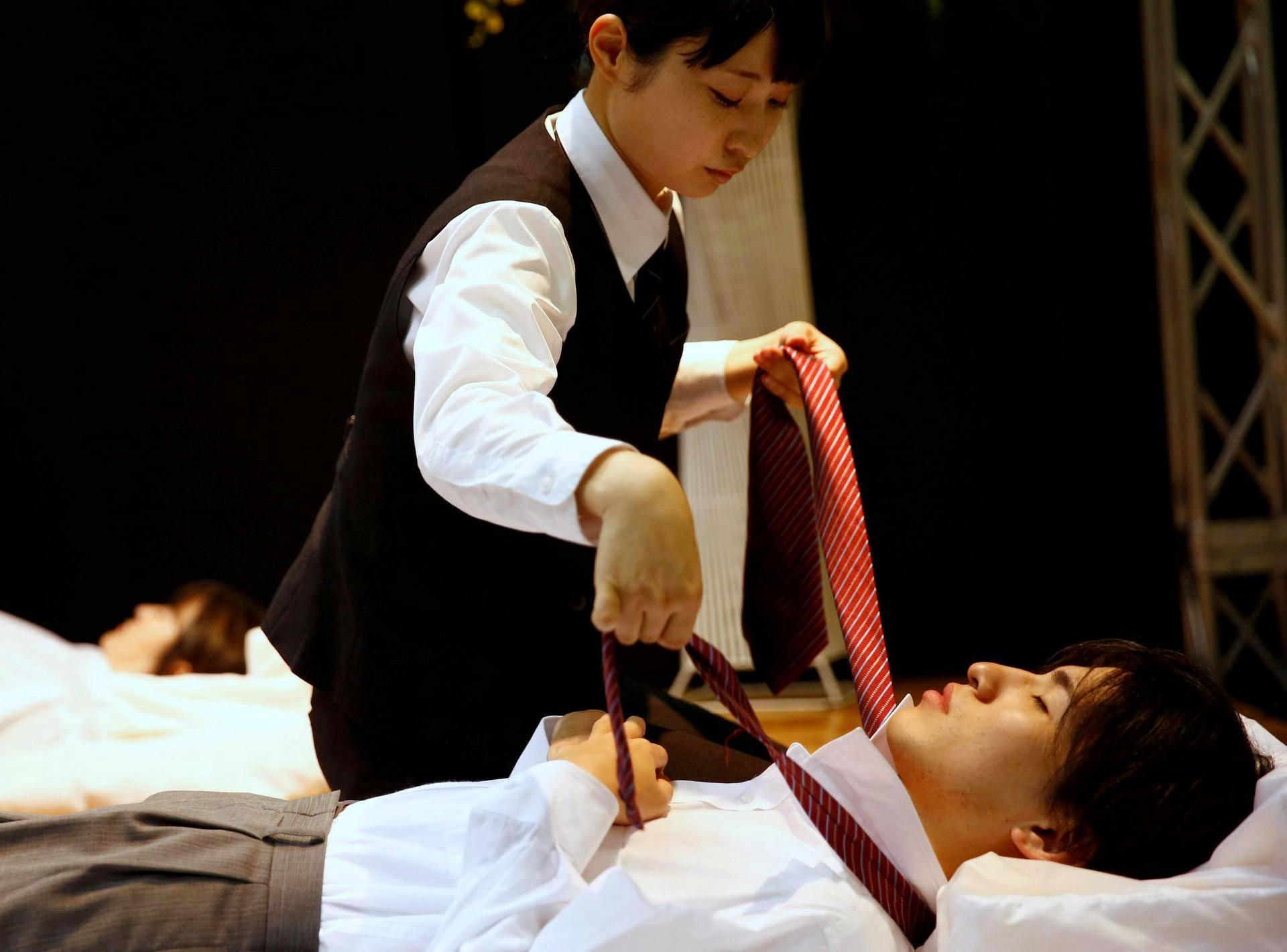 Hautausurakoitsija puki malliaan alan kilpailussa Life Ending Industry EXPO -tapahtumassa Japanissa.