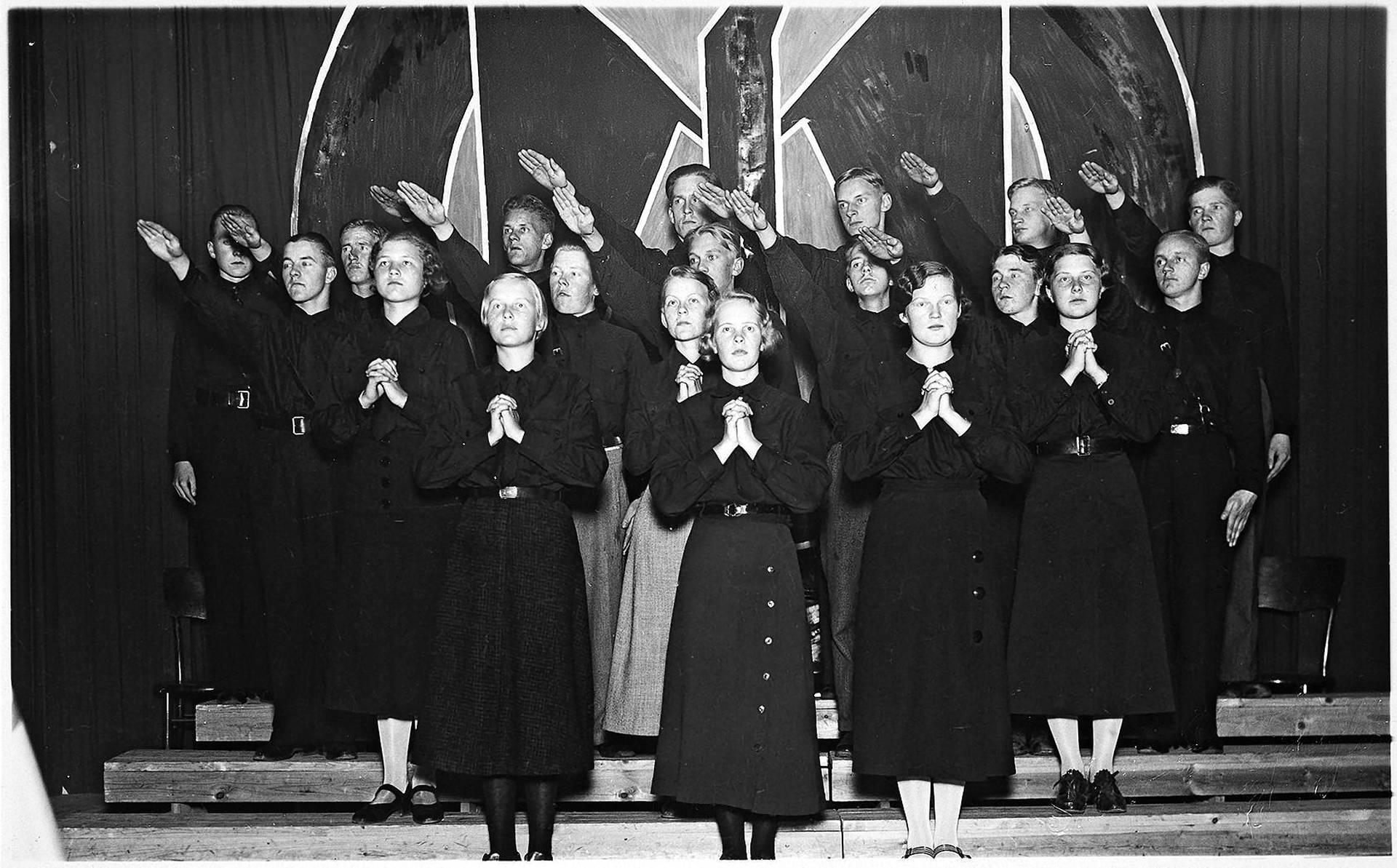 Isänmaallisen Kansanliikkeen nuorisojärjestön Sinimustien lausuntakuoro kiertueella 1930-luvun puolimaissa. Kirjan kuvitusta.