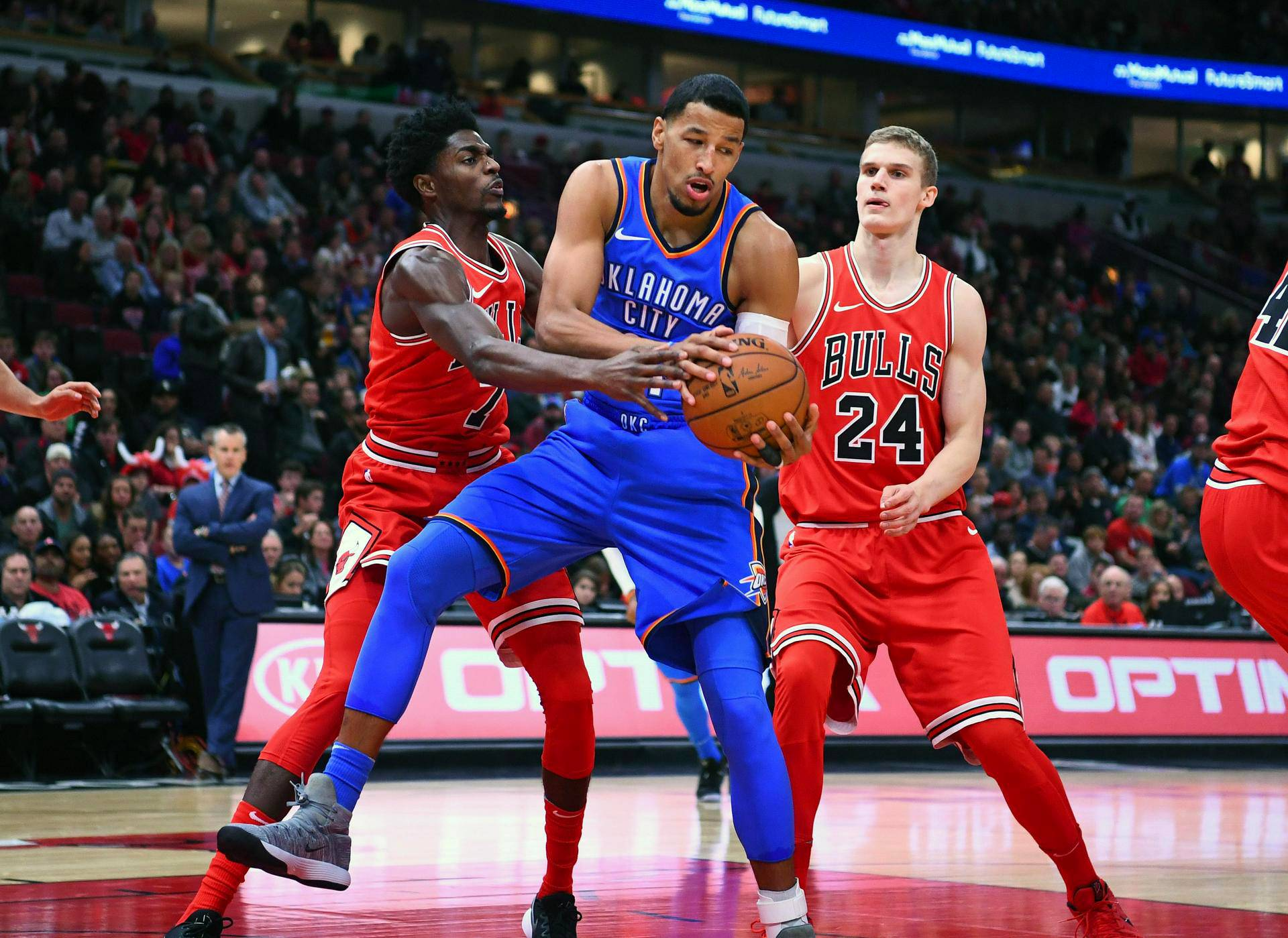 Videoartikkeli, Chicago Bullsissa pelaava suomalainen Lauri Markkanen (oik.), Oklaholma City Thunderin Andre Roberson sekä Chicago Bullsin Justin Holiday.