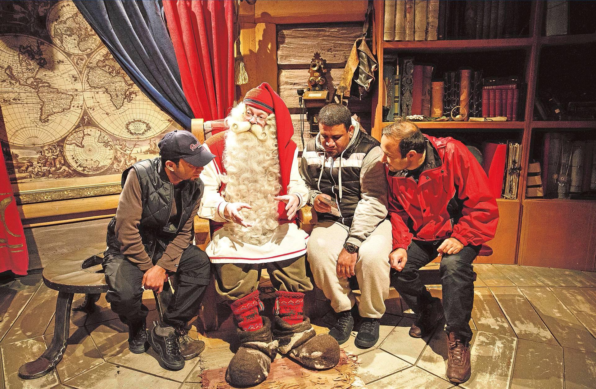 Joulupukki otti vastaan kolme irakilaista turvapaikanhakijaa: Duririn, Omarin ja Alin.