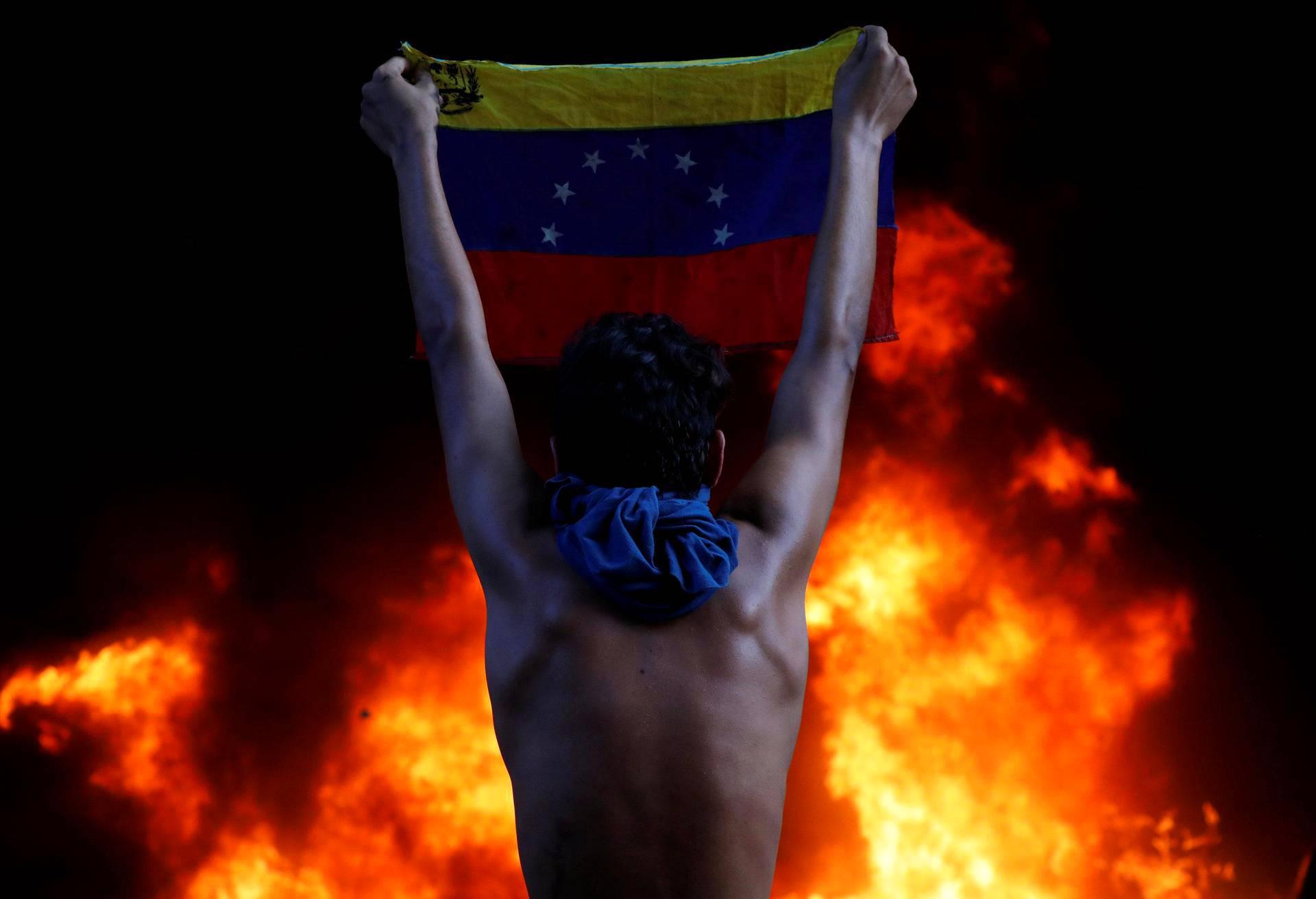 Mielenosoittaja osallistui Venezuelan presidentti Nicolas Maduroa vastaan järjestettyyn protestiin Caracasissa maanantaina.