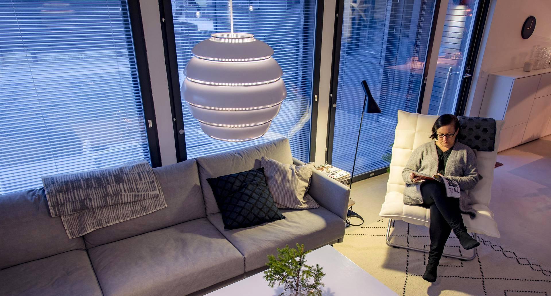 Studio Kalliomäen yrittäjä, sisustussuunnittelija Piia Kalliomäki suosii kodissaan klassikkovalaisimia. Olohuoneen kattovalaisin on Artekin A331, joka tunnetaan myös nimellä Mehiläispesä.
