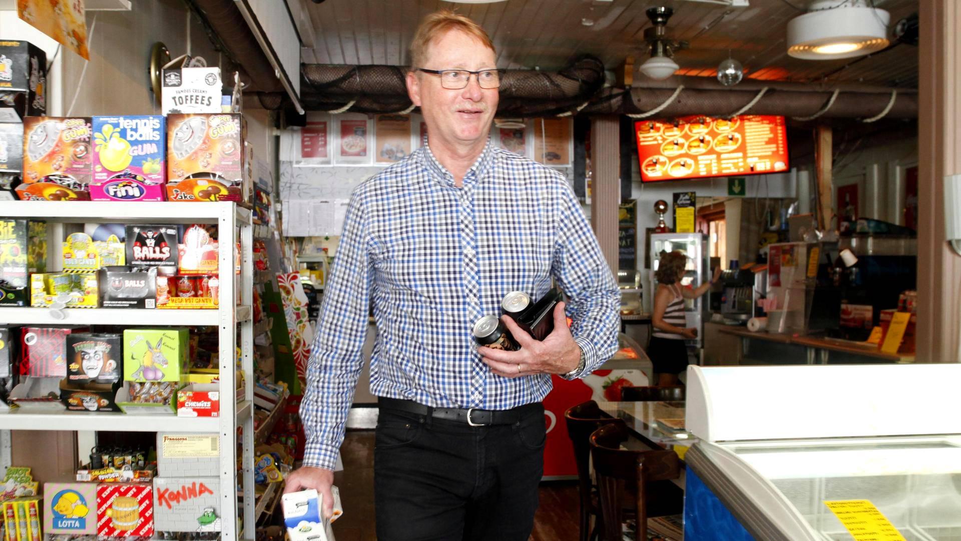 Jari Väinölä kävi hakemassa elintarviketäydennyksiä Alvettulan kyläkaupasta matkalla mökilleen.