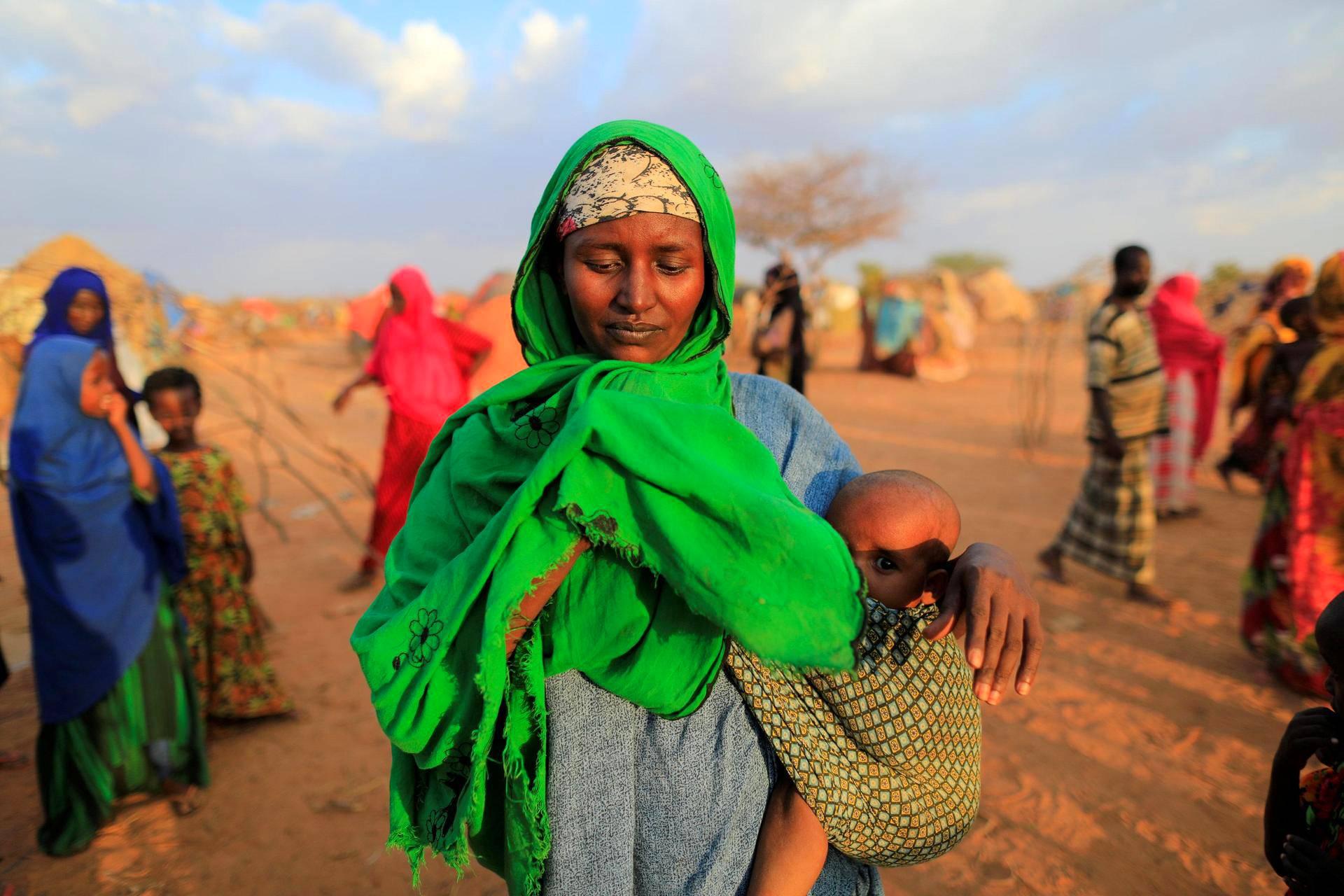 Kuivuuden takia kotiseutunsa jättänyt äiti lapsensa kanssa avustuskeskuksessa Dollowissa Somaliassa.