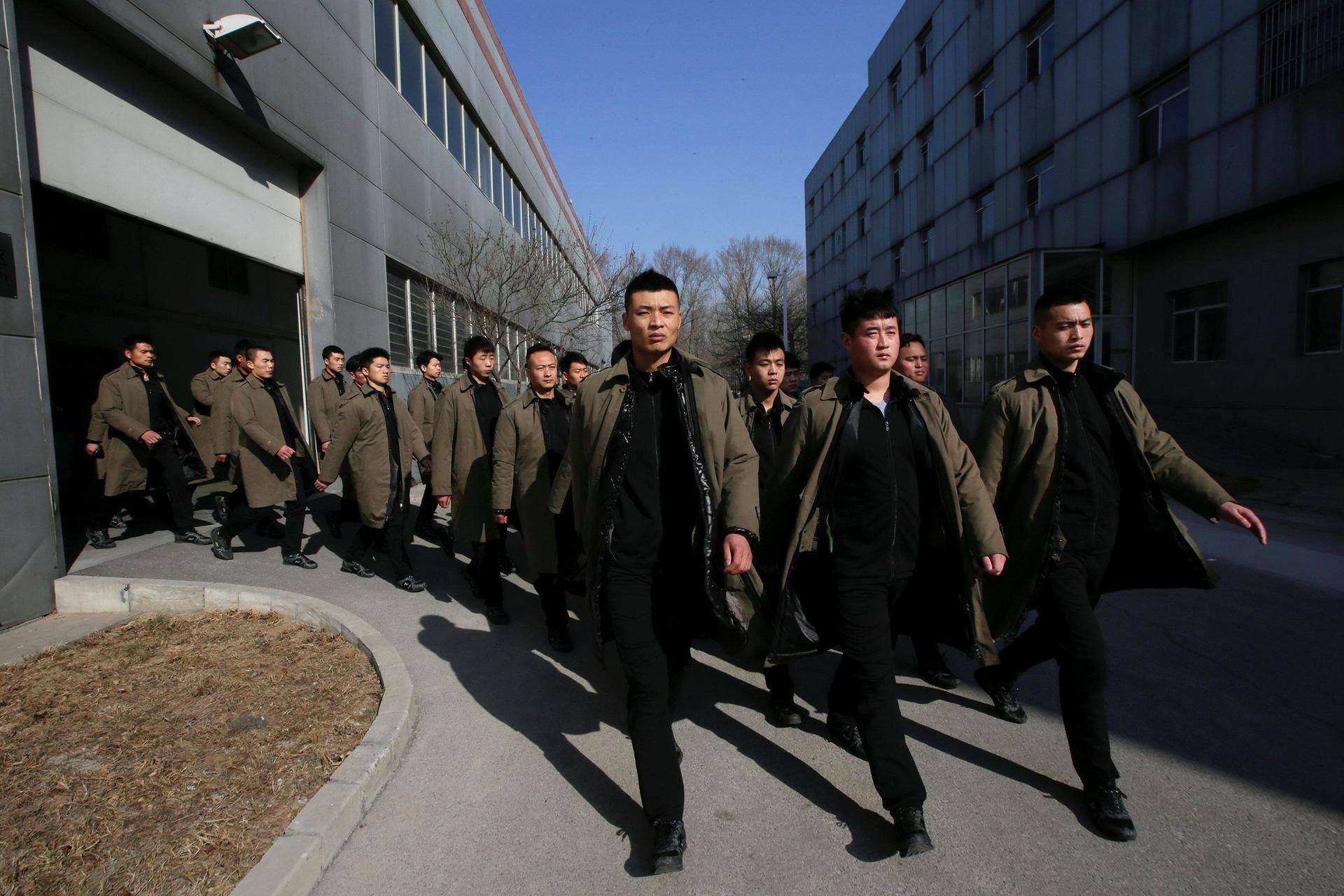 Vartijat marssivat koulutuskeskuksessa Pekingin ulkopuolella.