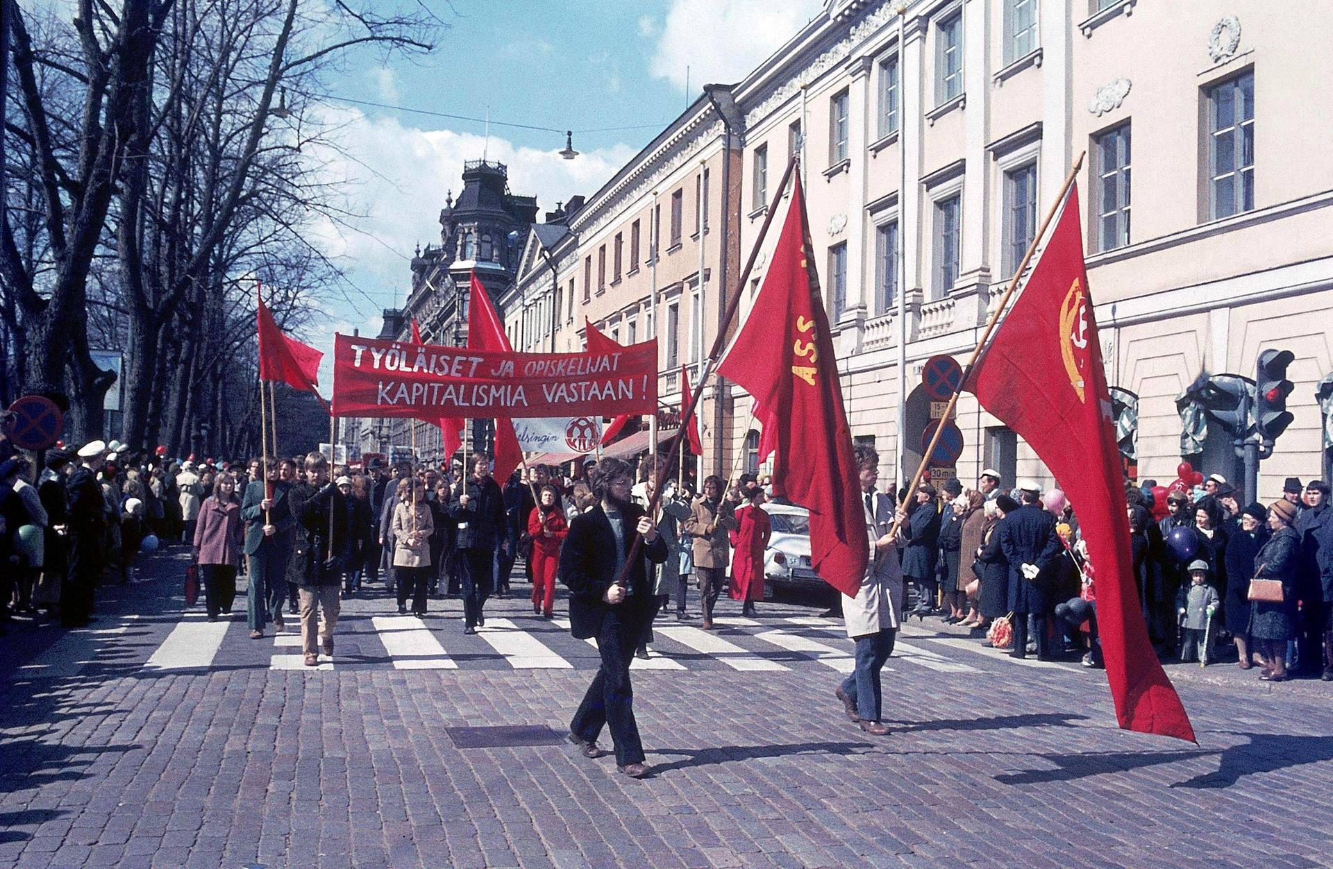 Vappumarsseilla haukuttiin kapitalismia ja kehuttiin sosialismia.