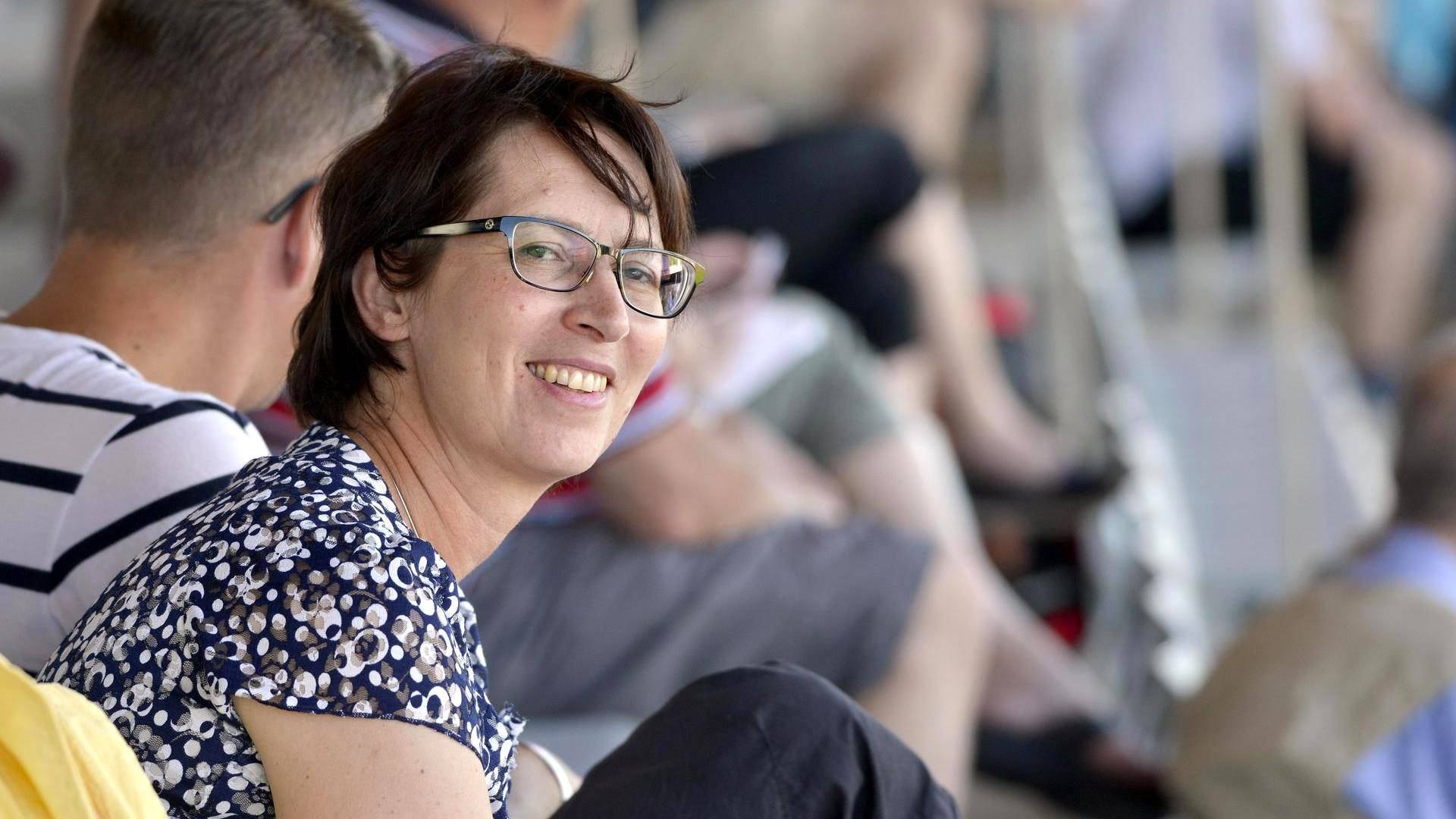 Sari Essayah istui viikonloppuna tiiviisti yleisurheilun Kalevan kisojen katsomossa Raatin stadionilla Oulussa.