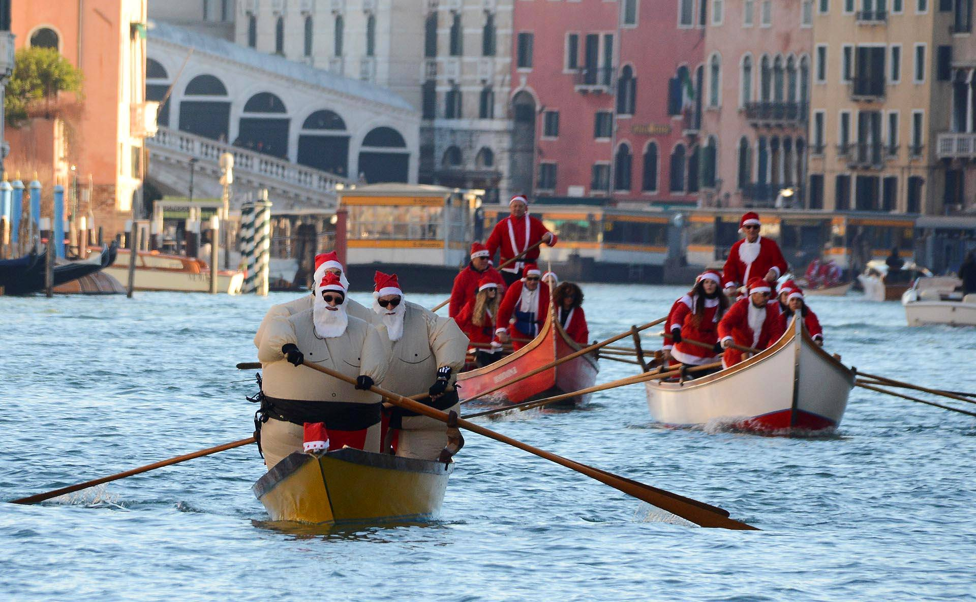 Venetsiassa pukit kokoontuivat jouluregattaan.