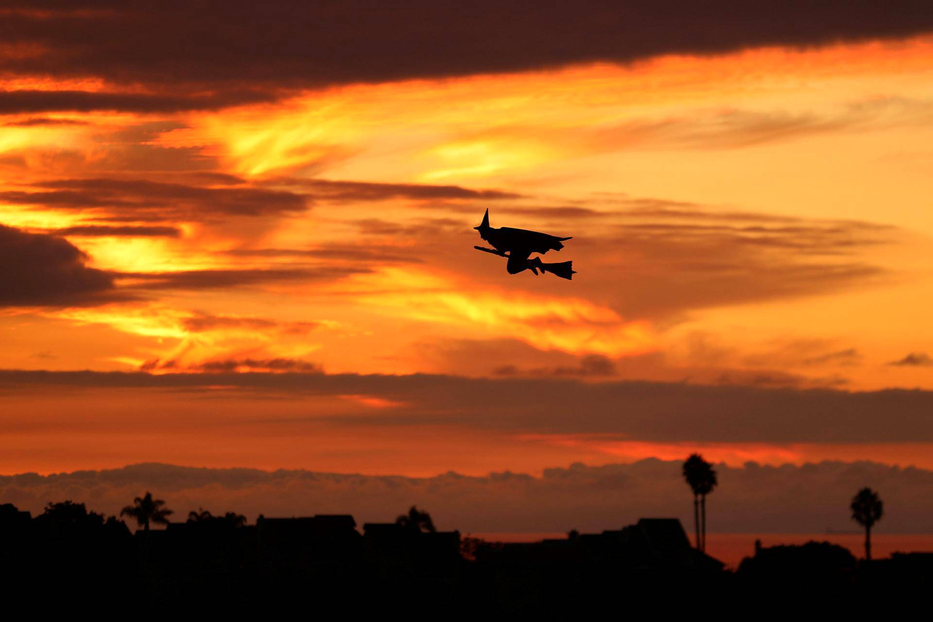 Kauko-ohjattu noita lensi luudalla eteläisen Kalifornian taivaalla Encinitaksessa.