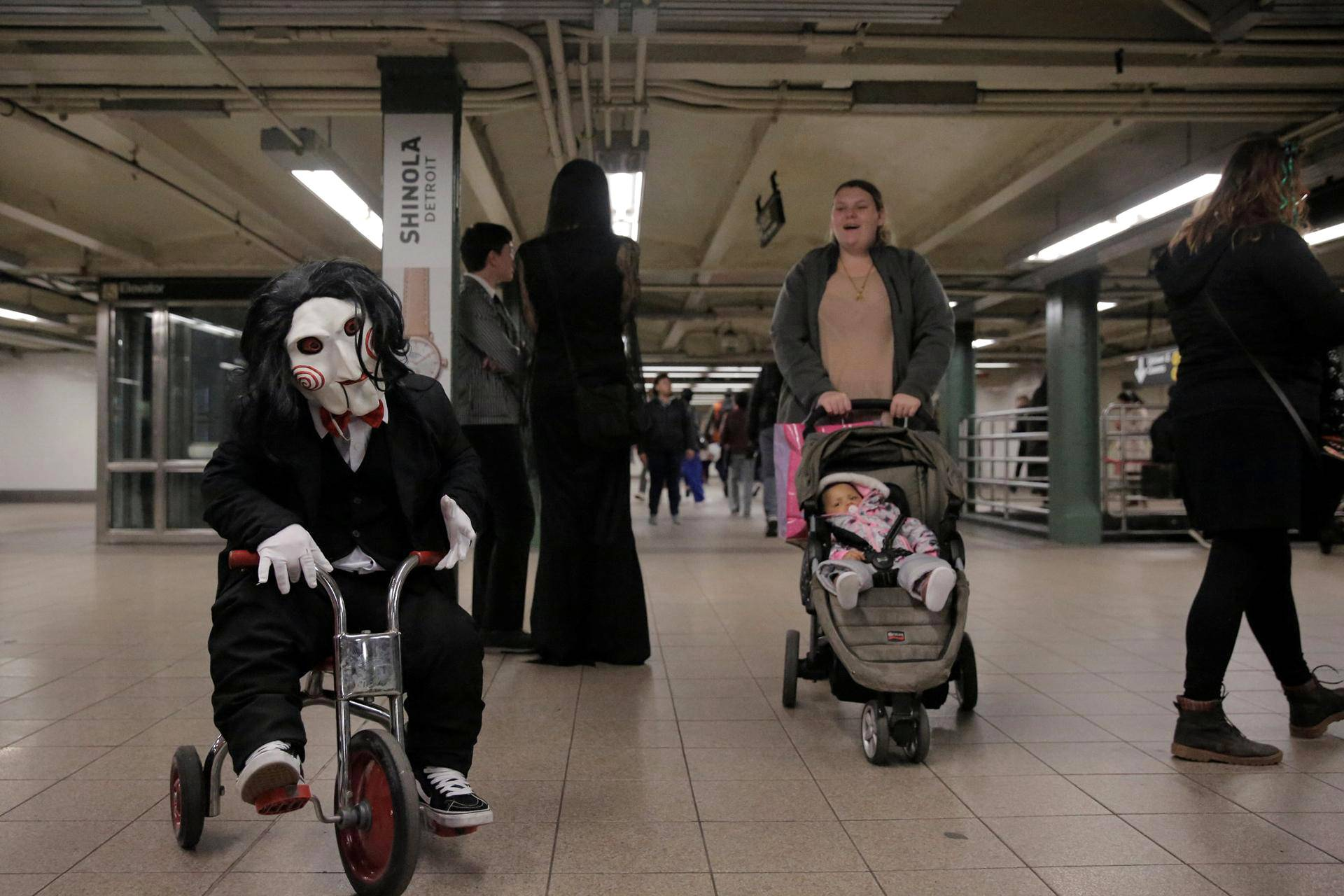 Saw-elokuvien Jigsaw-sarjamurhaajaksi pukeutunut matkustaja pyöräili metroasemalla Manhattanilla.