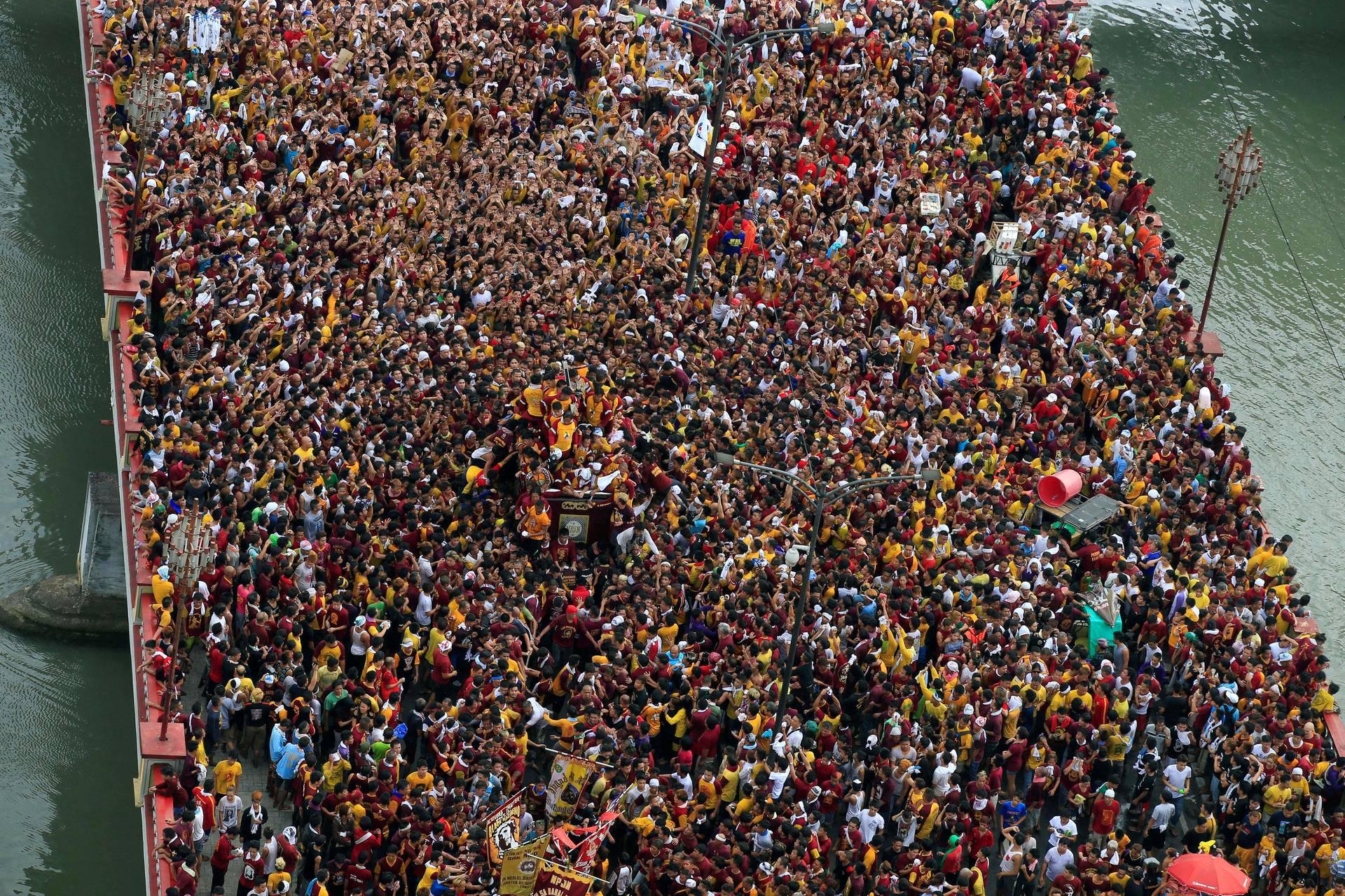 Kansanjoukko saattoi Kristus-patsasta Manilassa Filippiineillä.