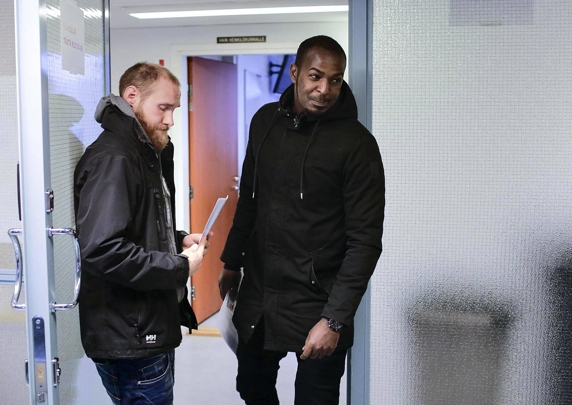 Somalialainen turvapaikanhakija Abdirizak Mohamud sai tiedon turvapaikasta Tampereen poliisilaitoksella.