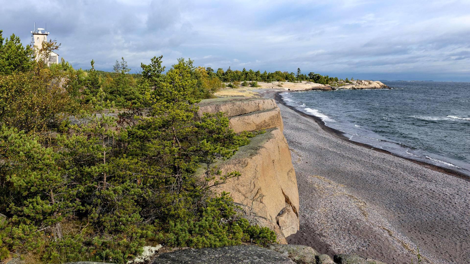Iron beachina tunnetun rannan tumma hiekka on kaivoksen jätemurskaa.