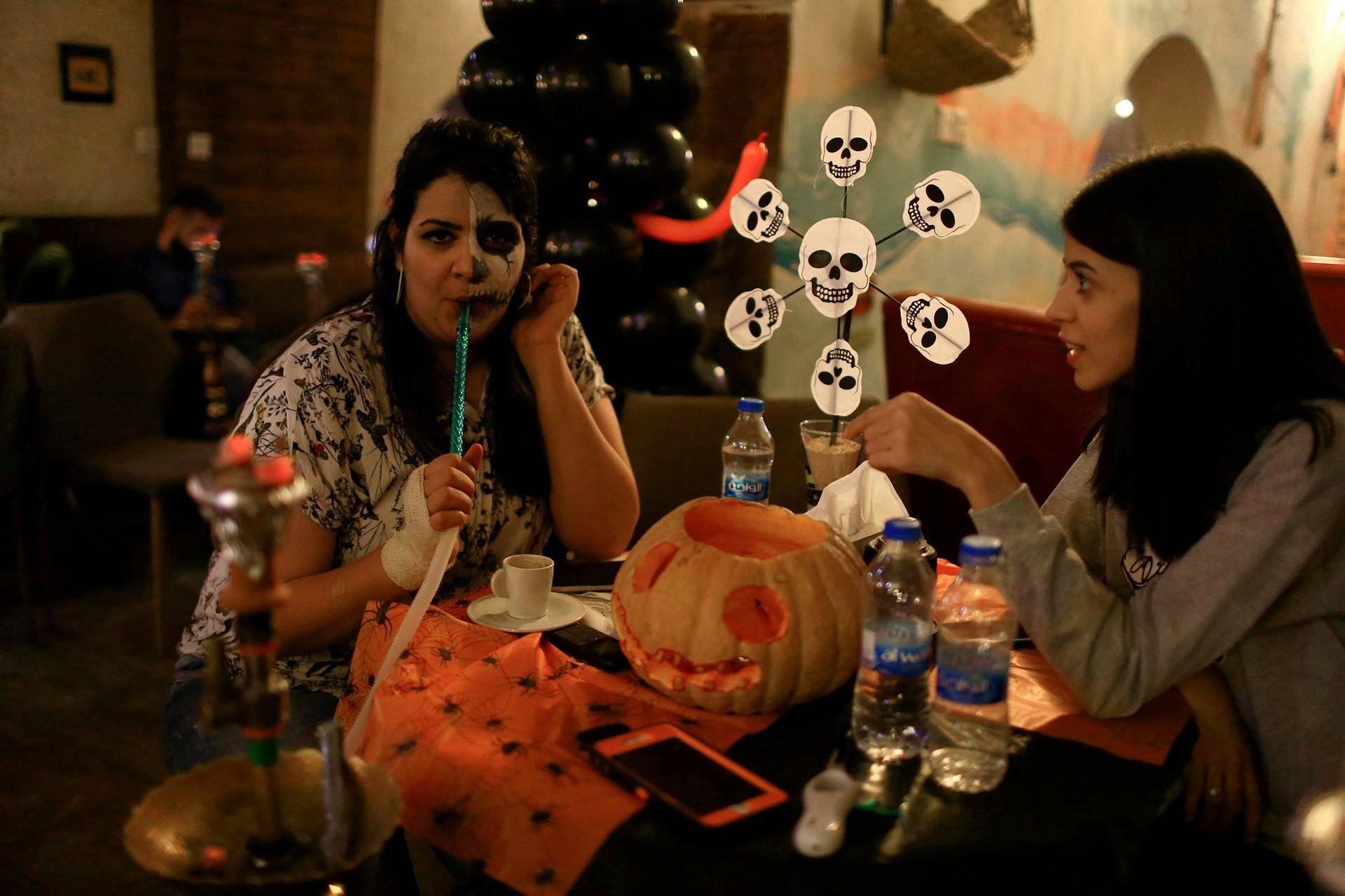 Irakilaiset nuoret juhlivat halloweenia Al Faisaliah -kahvilassa Bagdadissa.