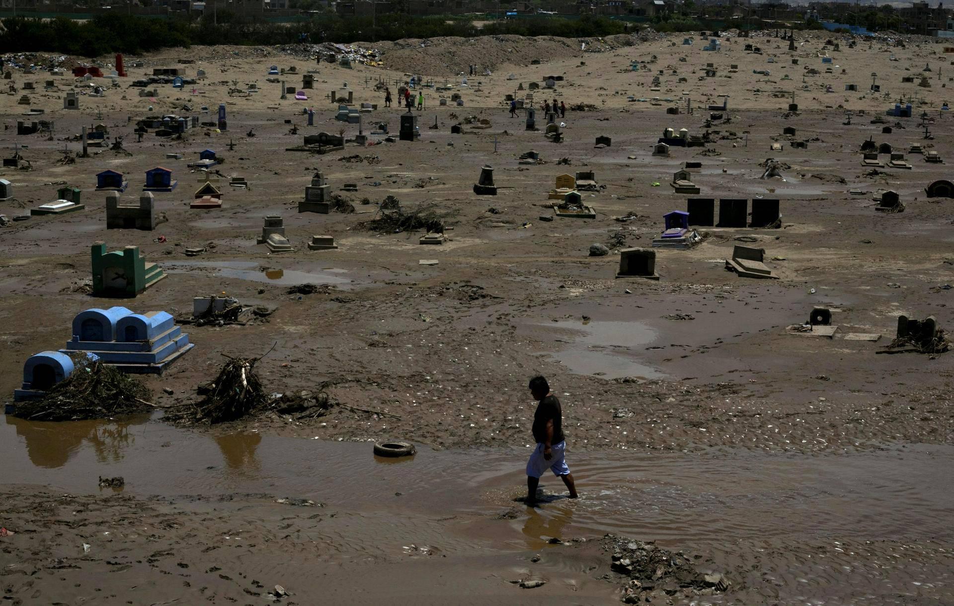 Pohjoisperulaisen Trujillon kaupungin hautausmaa oli torstaina mudan peitossa aluetta kiusanneen rankkasateen ja tulvan jäljiltä.